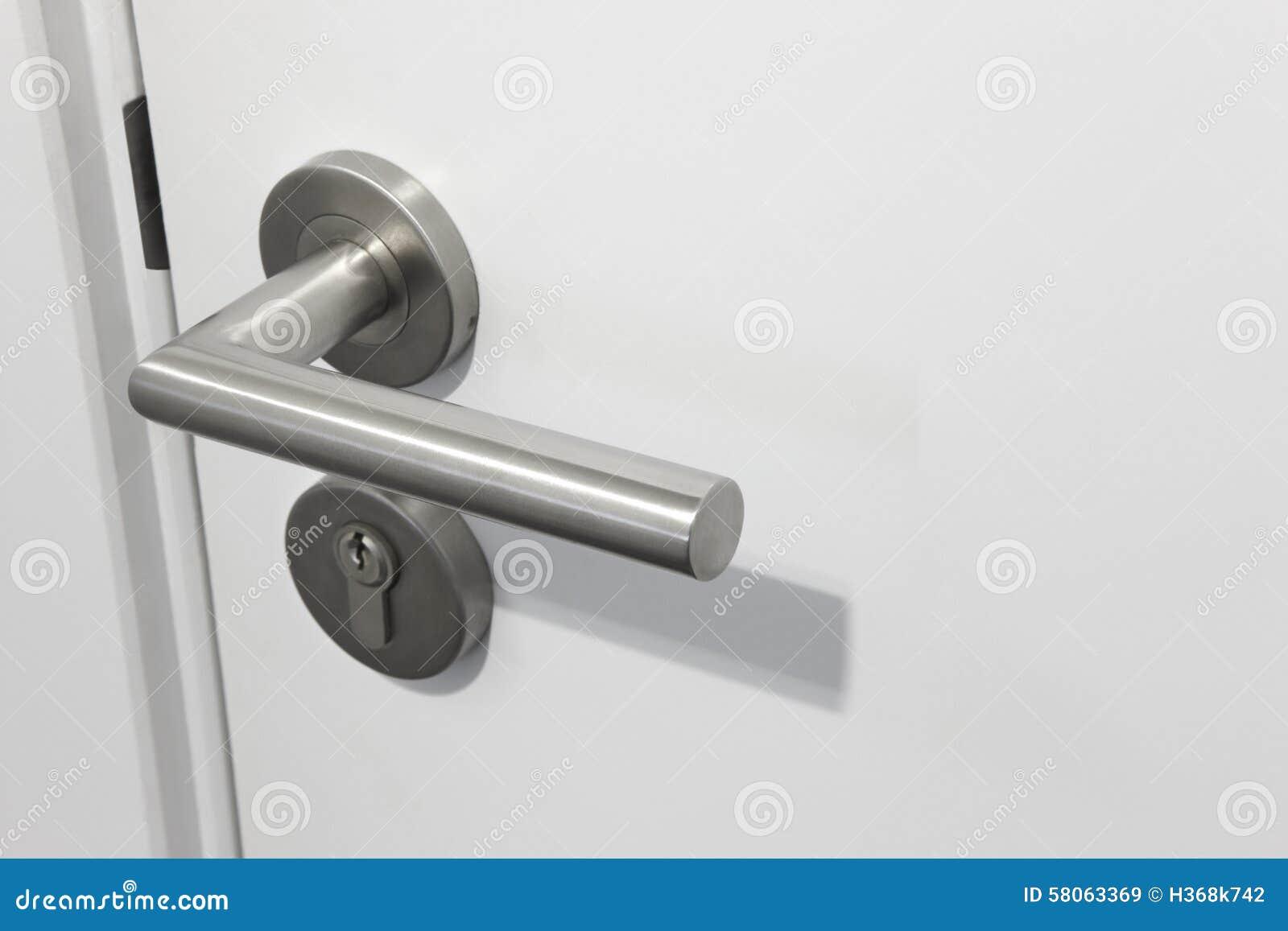 Maniglia della porta metallica con la serratura sopra una - Maniglia della porta ...