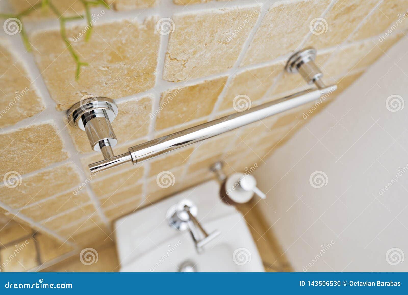 Manija de Chrome en cuarto de baño moderno