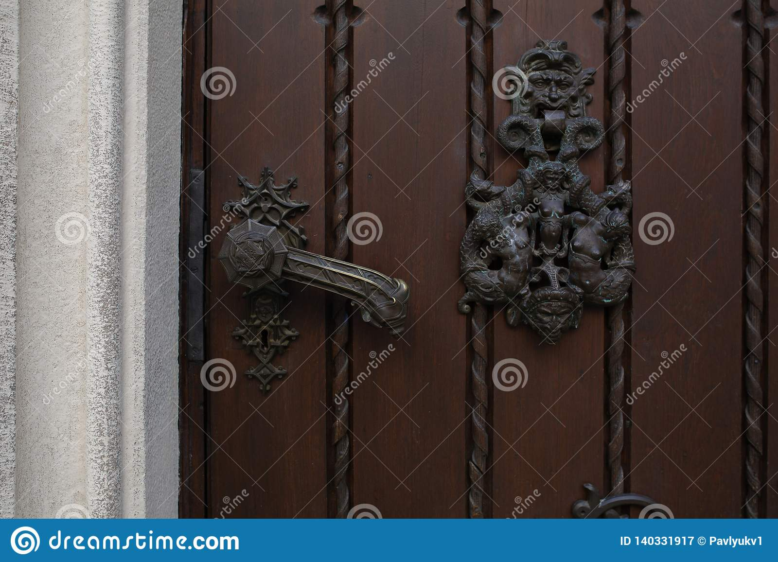 Manija del hierro del vintage de una puerta de madera marrón Espacio para el texto