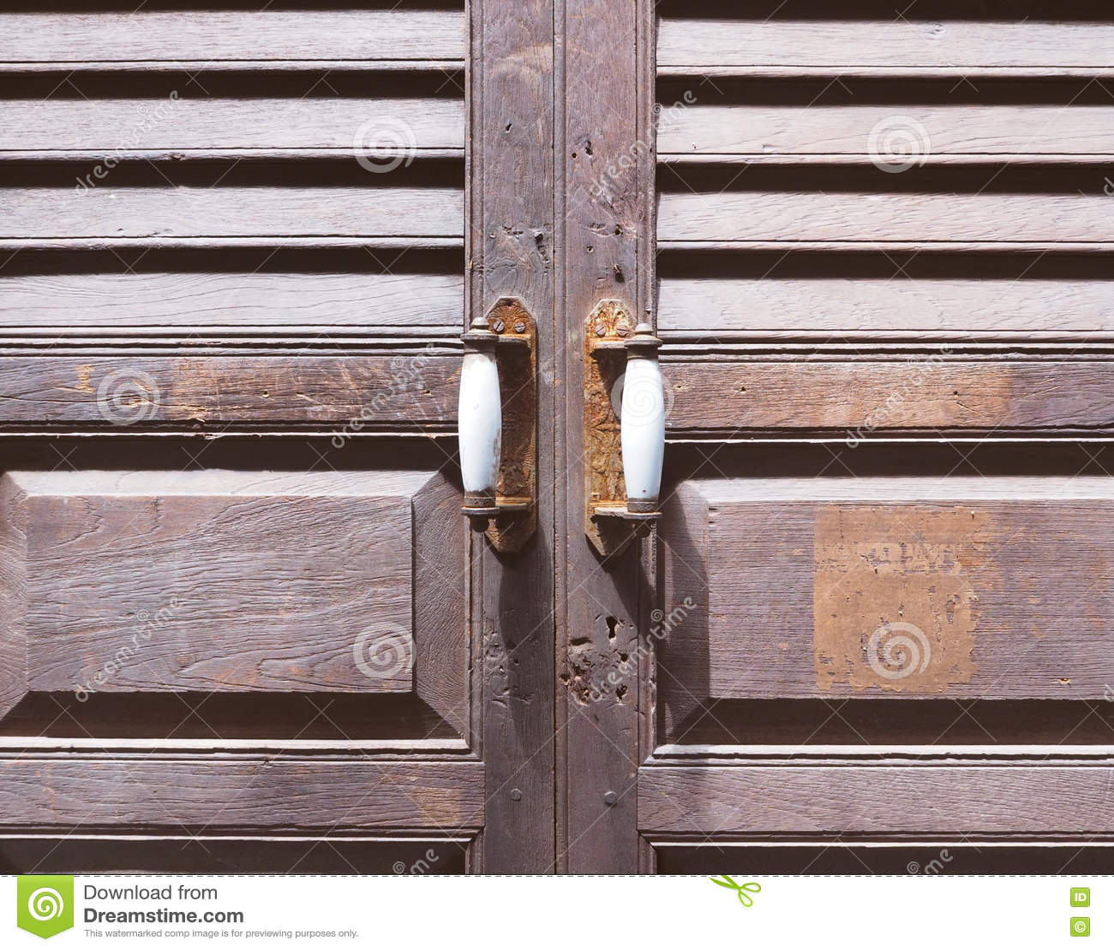 Puerta de madera rustica puerta de madera antigua tallada for Puerta vieja madera