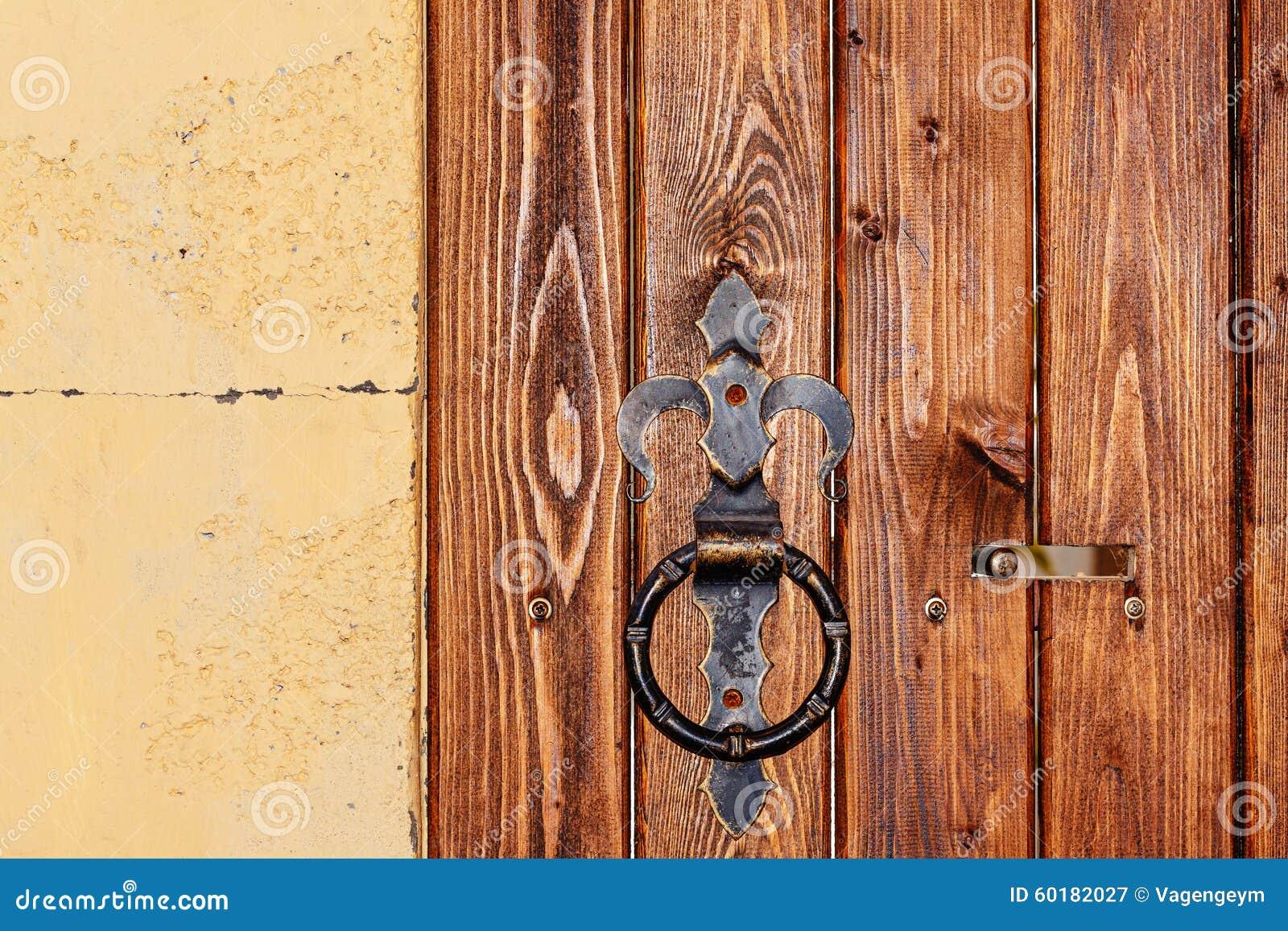 Manija redonda oxidada del metal en puerta de madera foto for Como hacer una puerta de metal