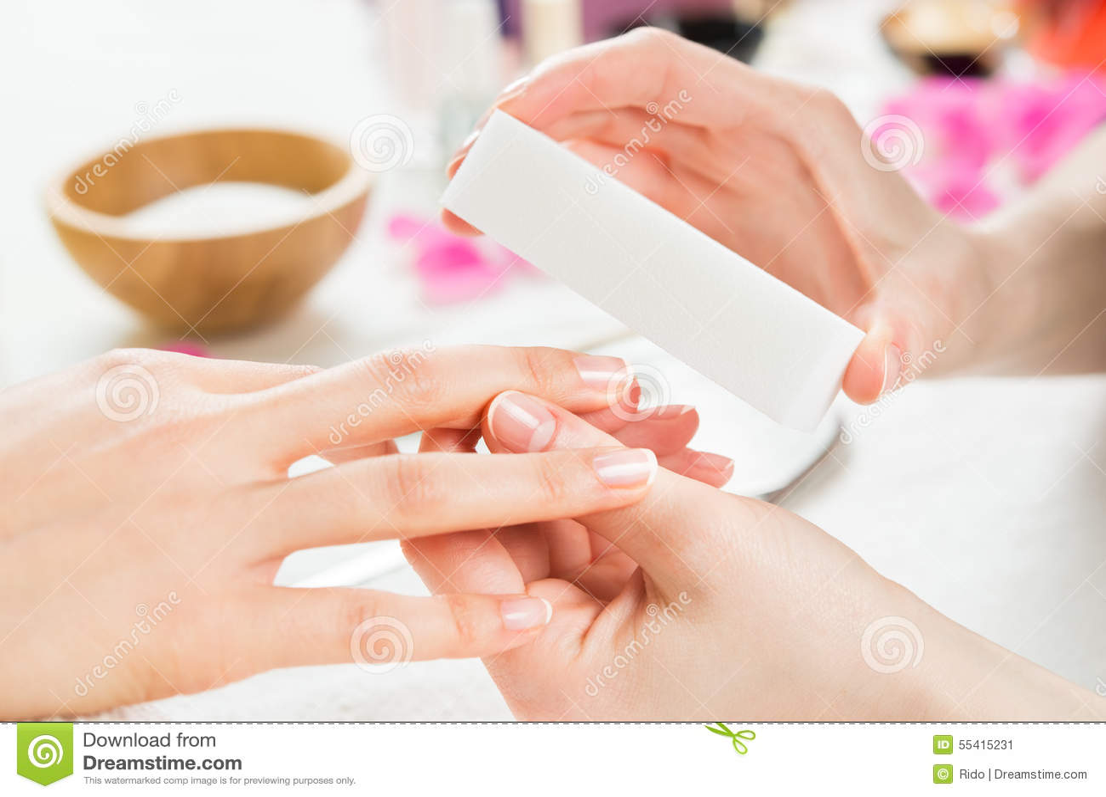 Maniküre mit Puffer am Nagelsalon