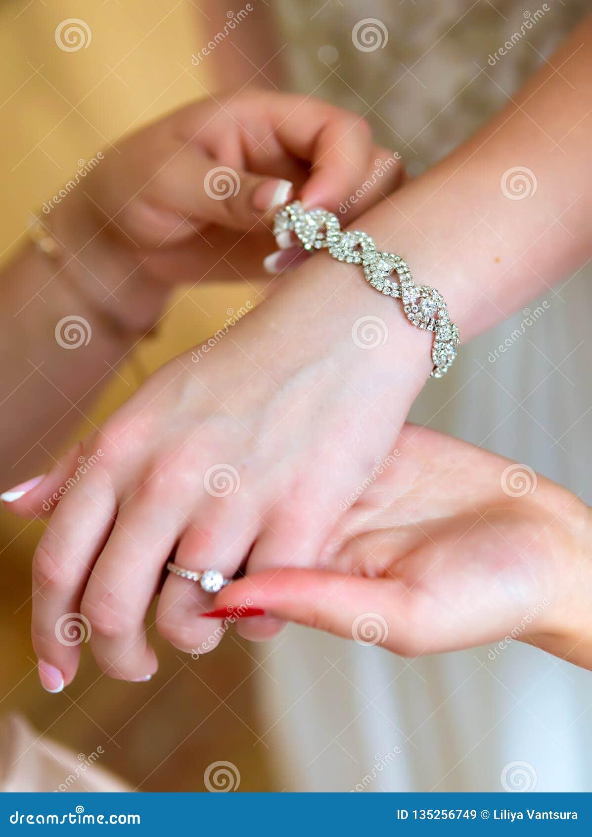 Manikyr för brud` s Händer av brudstället för text