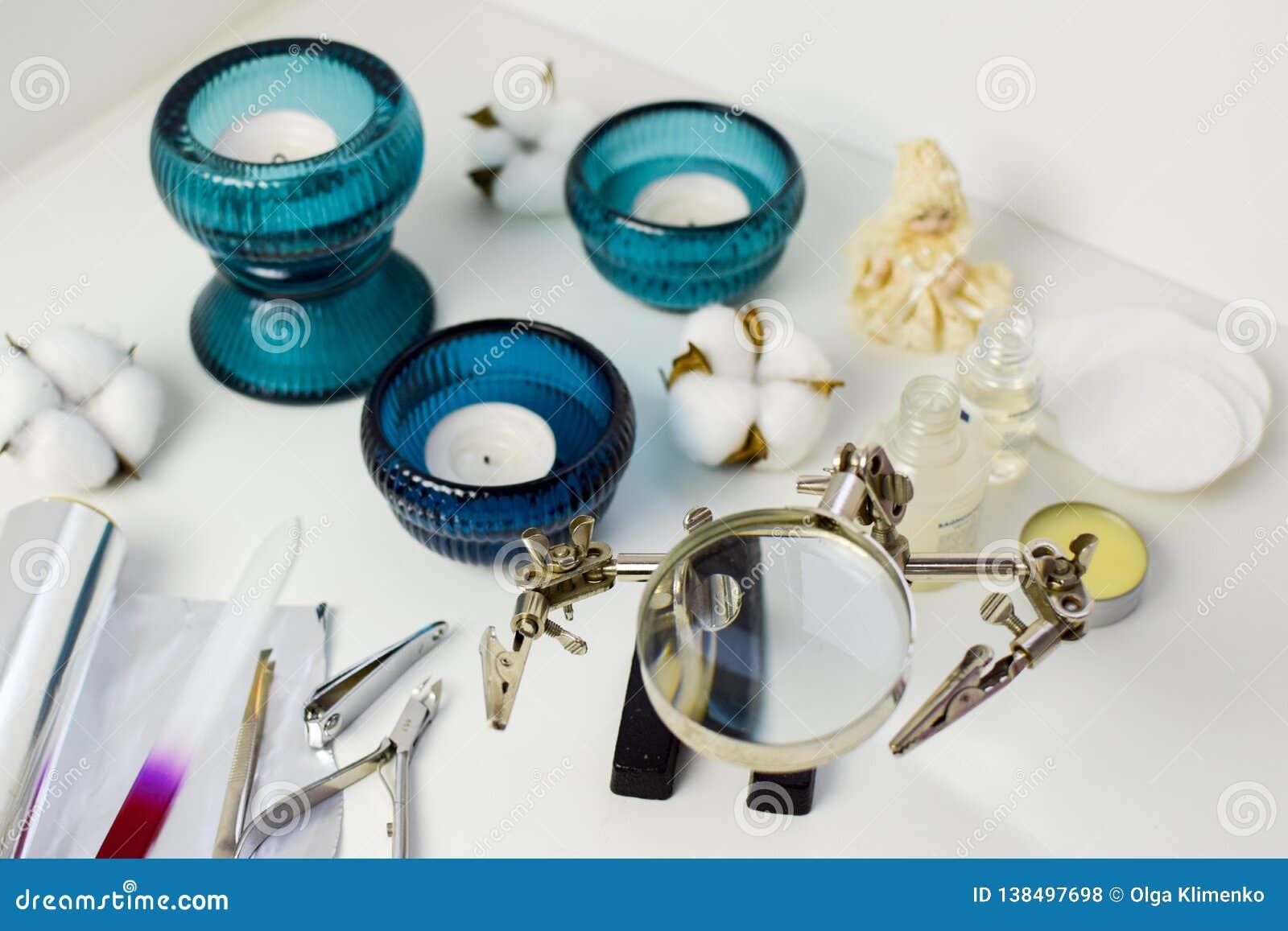 Manikyrhjälpmedel, stearinljus i turkosljusstakar, bomull och keramisk docka, ovanligt förstoringsglas