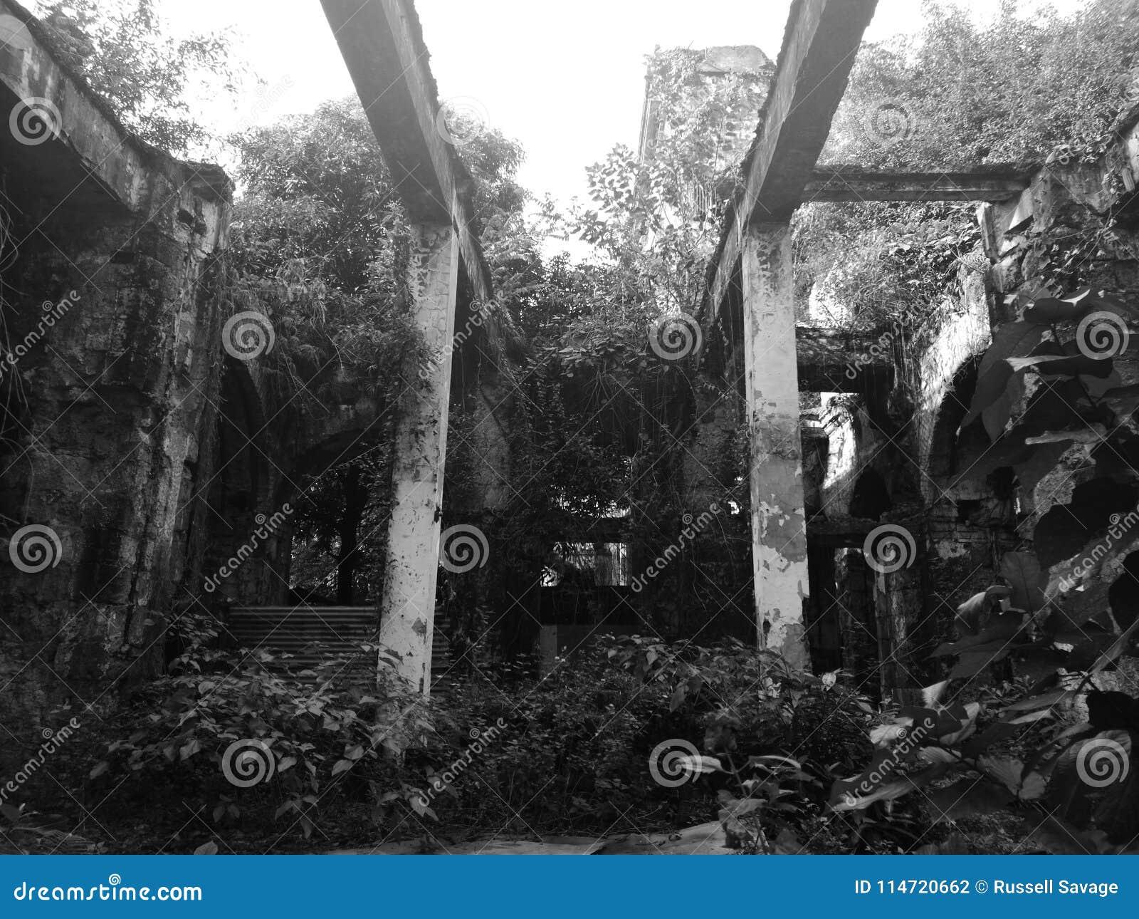 Manila de construção abandonado intra muros