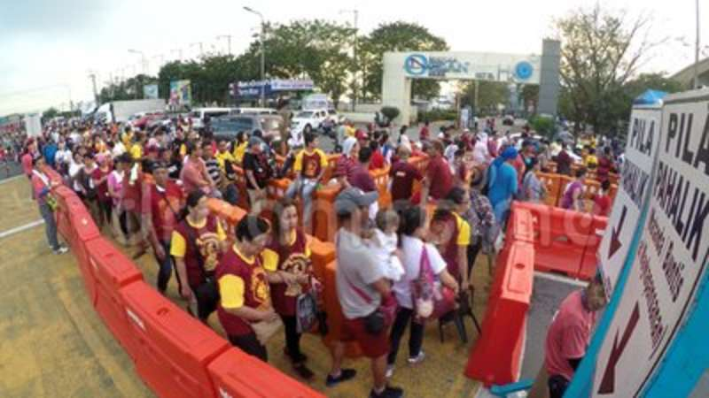 Catholic devotees suffer long queue to kiss the Black Nazarene statue   Religion, christian