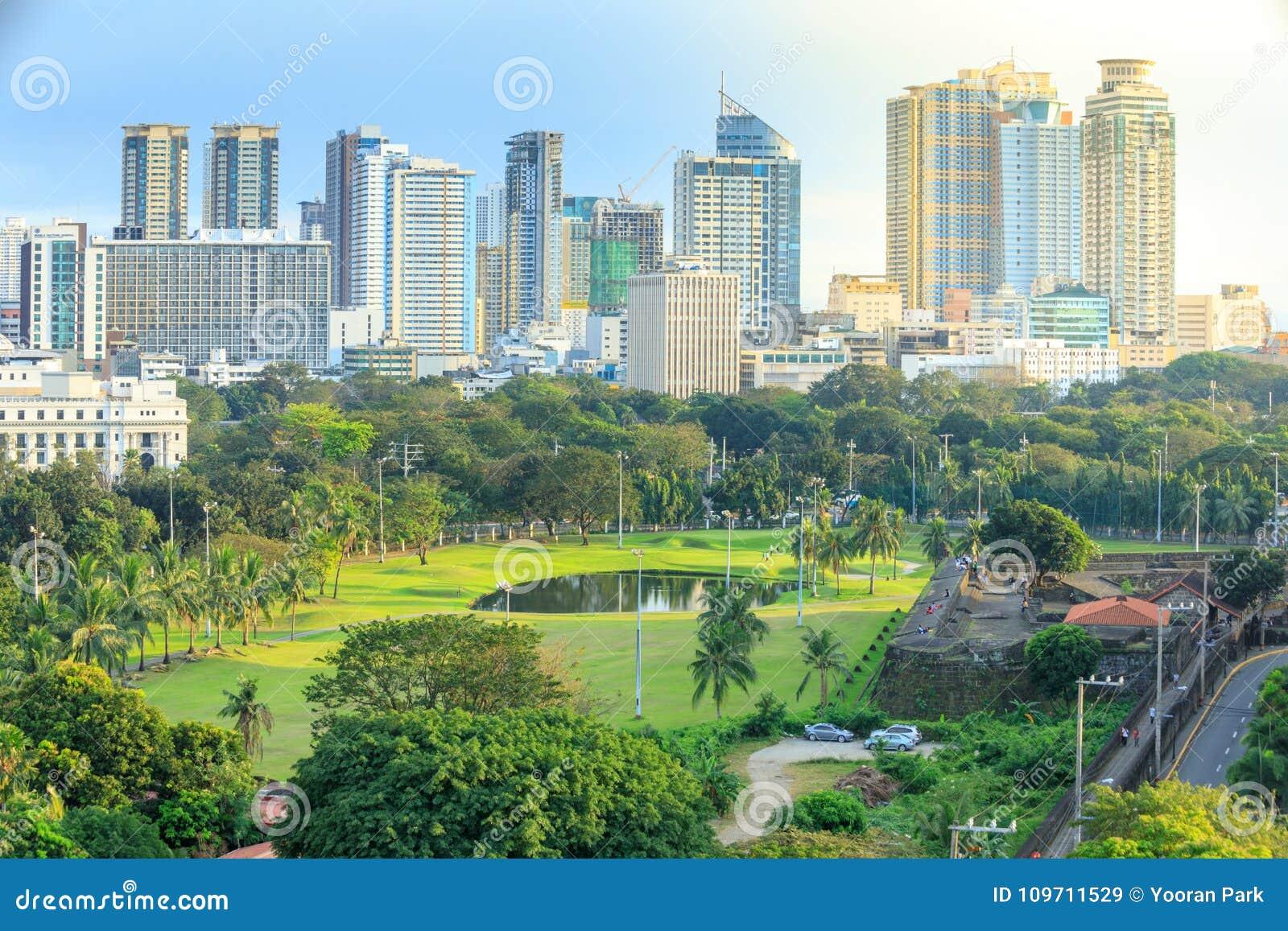 Manila stadshorisont i Filippinerna Ermita och Paco områden som ses från Intramuros