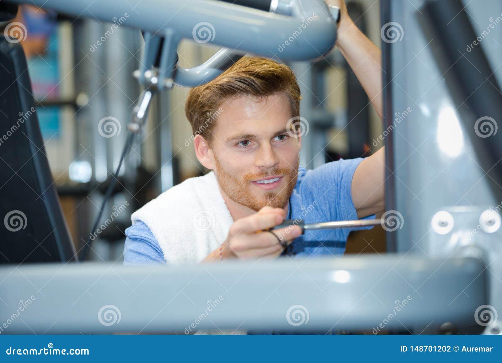 Maninställning - upp konditionutrustning i idrottshall