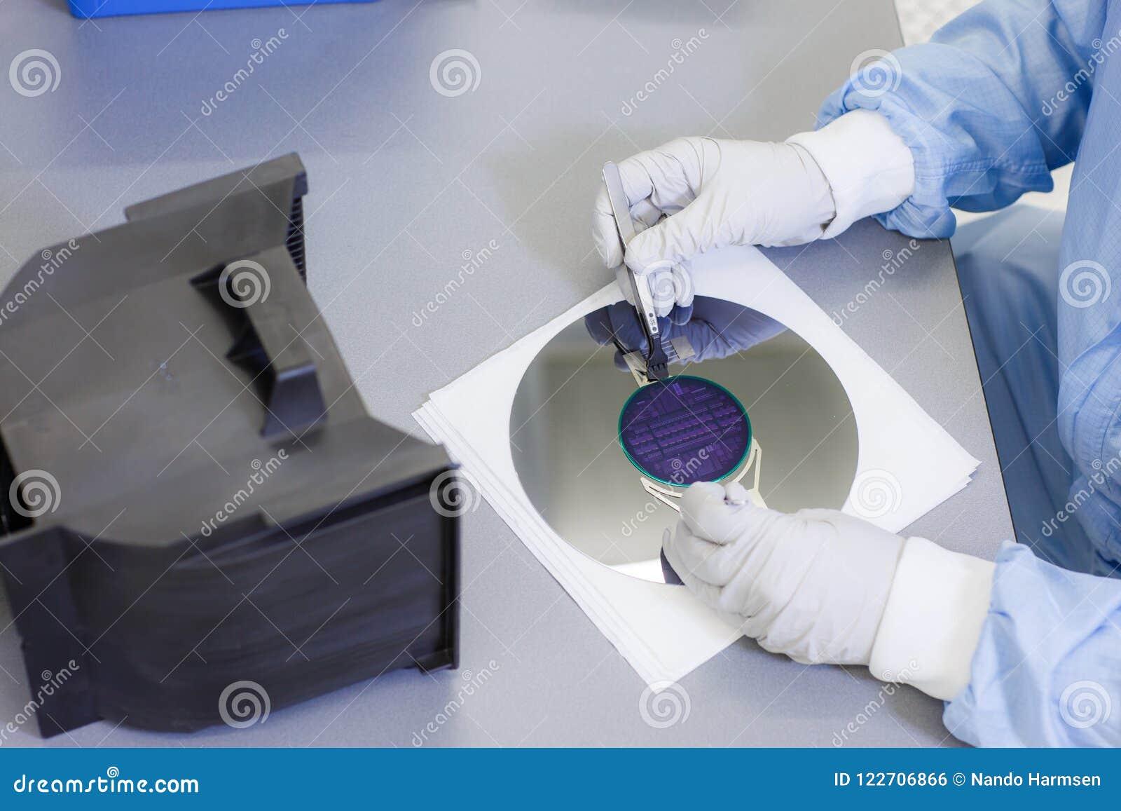 Manipulation d une gaufrette et chargement de elle dans une cassette de gaufrette