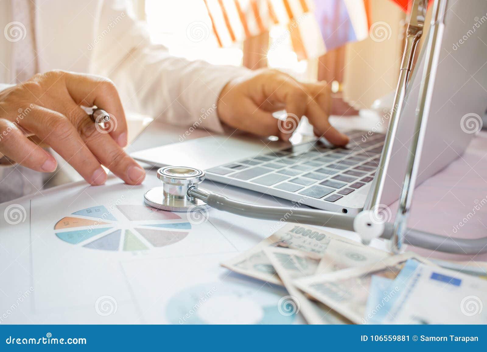 Manipulera arbete på bärbar datordatoren med rapportanalys och pengar