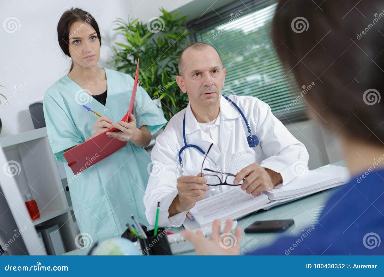 Manipulera och vårda samtal till patienten i medicinskt kontor