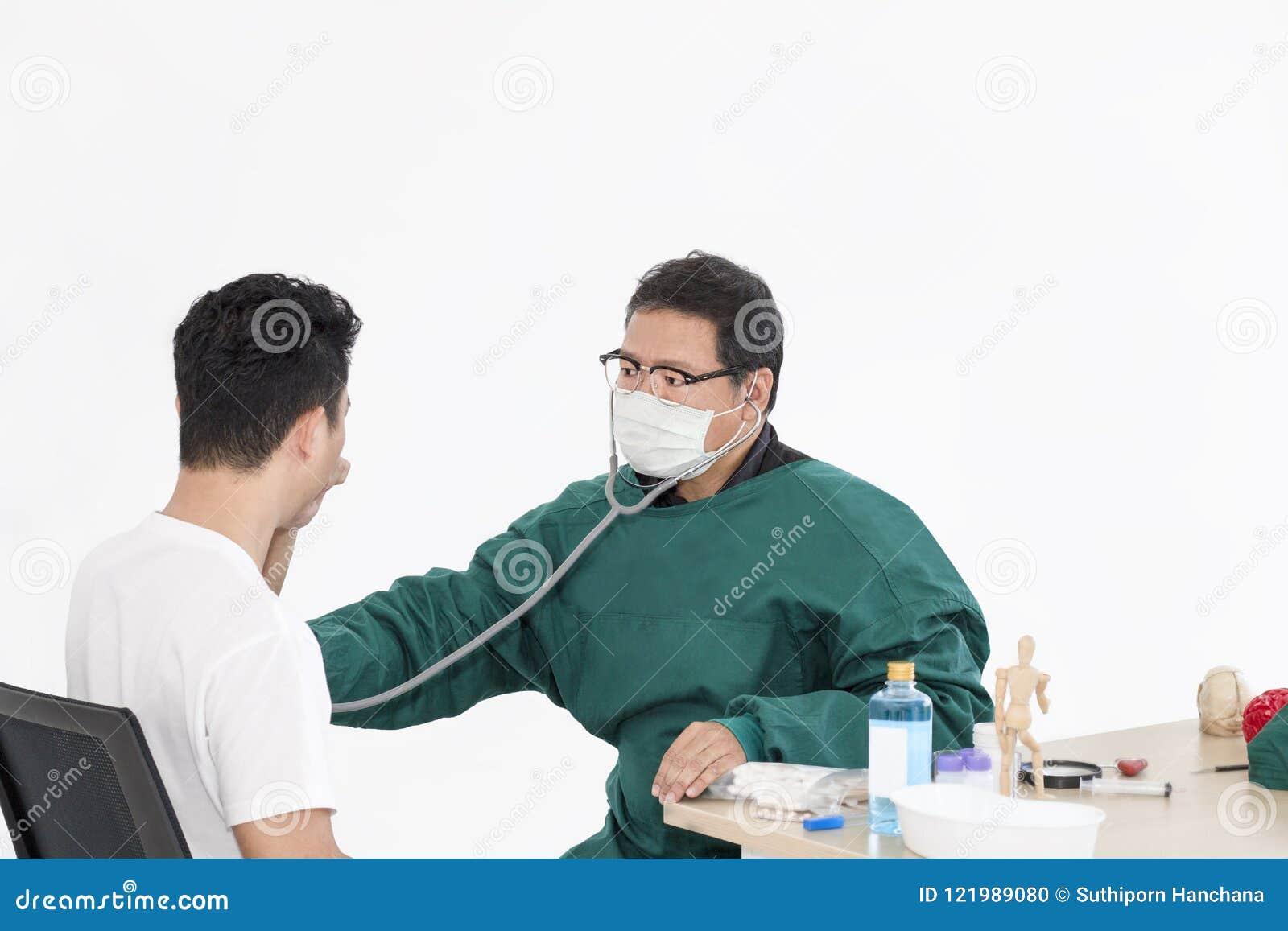Manipulera tålmodig undersökning för mannen med mannen på vit bakgrund