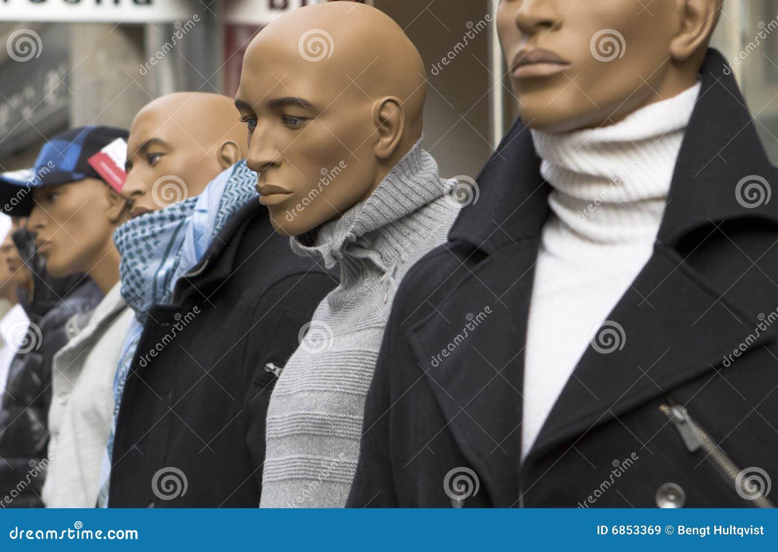 Maniquí masculino en la calle