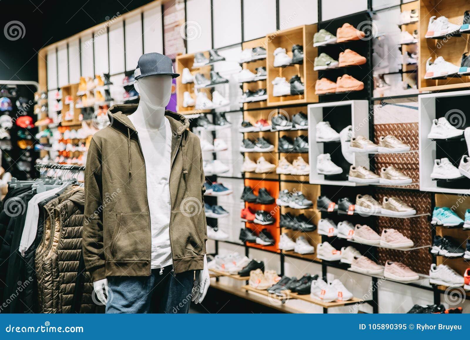 5453c1e65b Maniquí vestido en ropa casual del hombre masculino en la tienda de las  compras