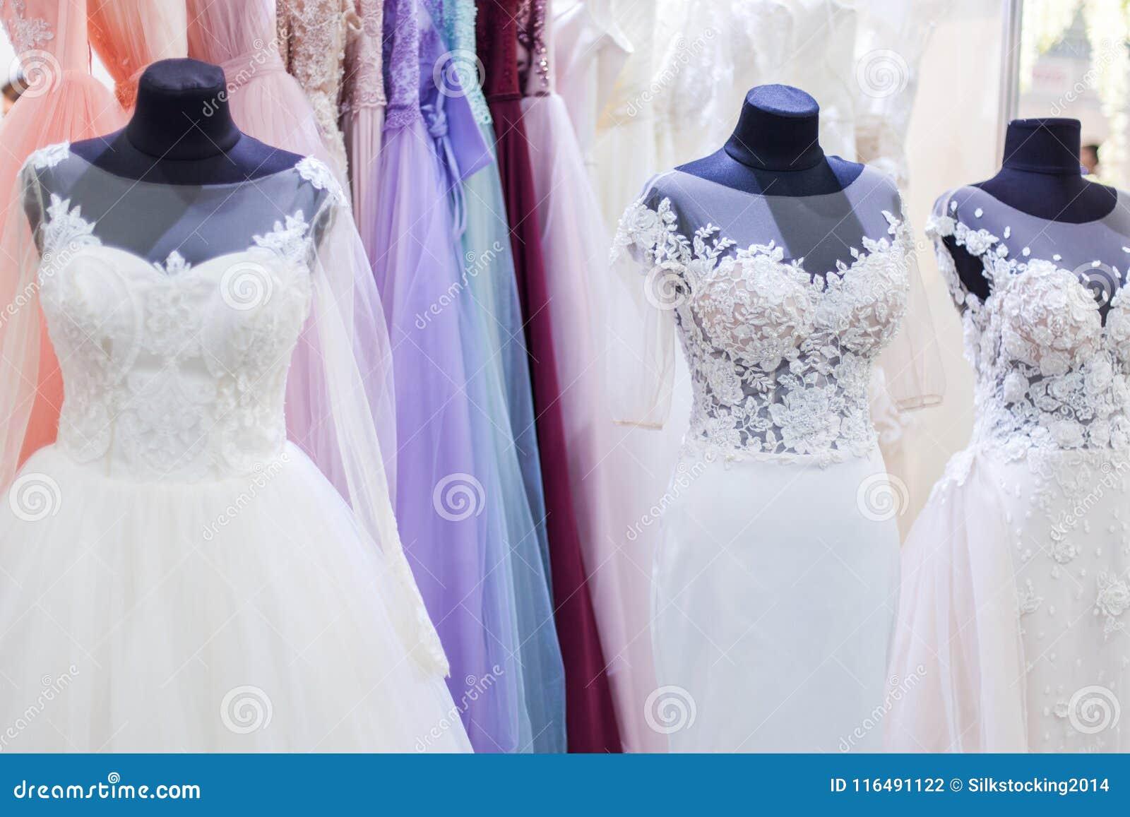 408374ddca Los maniquíes con los vestidos de boda blancos hermosos se cierran para  arriba