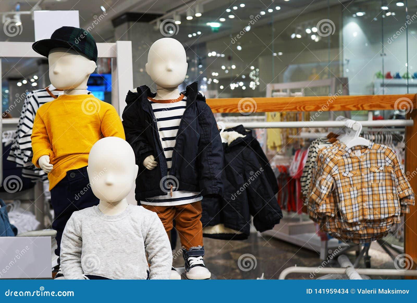 Maniquíes del bebé con ropa Equipo comercial en tiendas de ropa