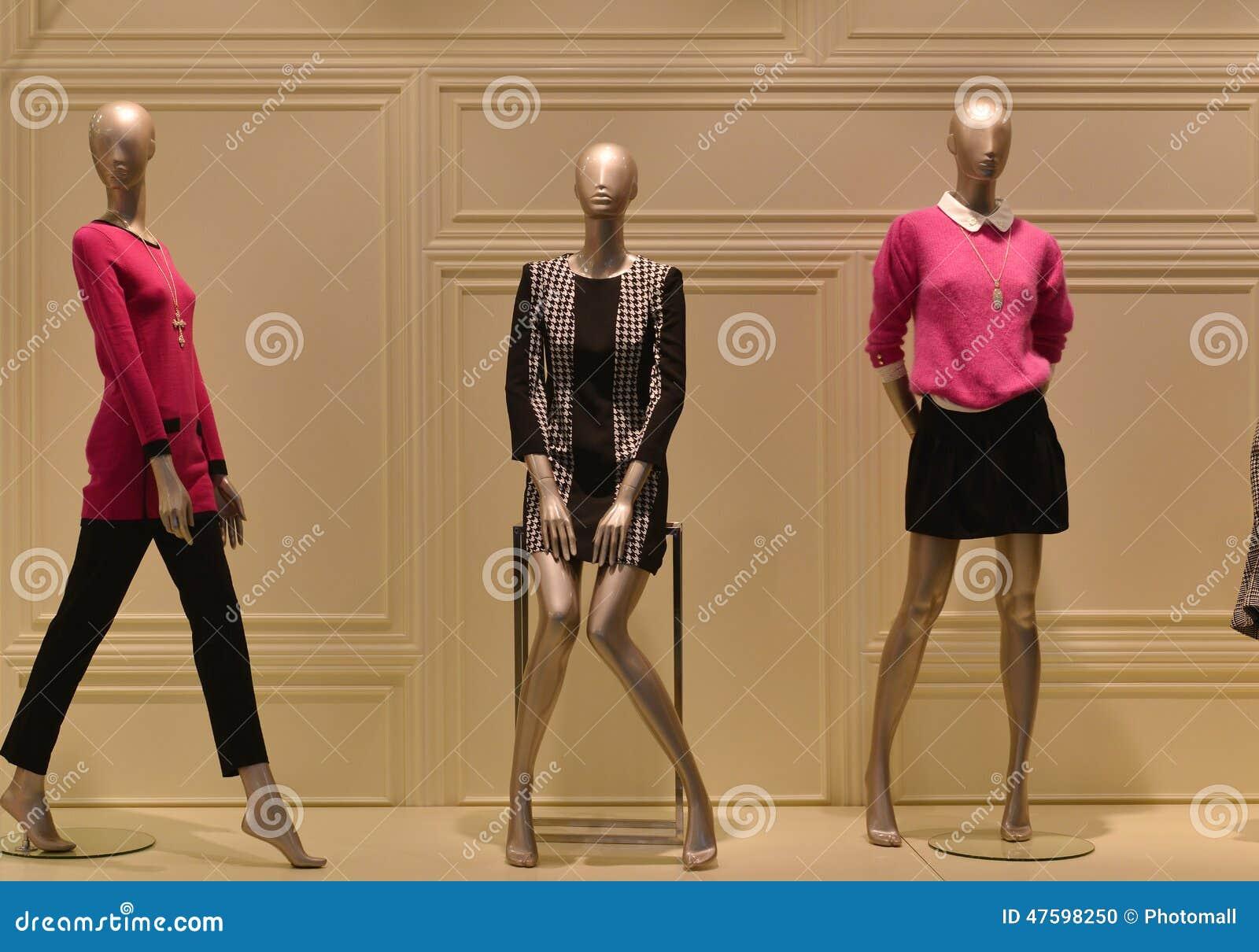 6363f8c74d95 Maniquíes Femeninos En Una Ventana De La Tienda De La Ropa De Moda ...