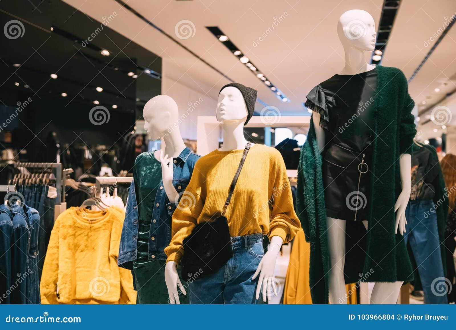 aac99296ea Maniquíes vestidos en ropa casual de la mujer femenina en la tienda de Sh