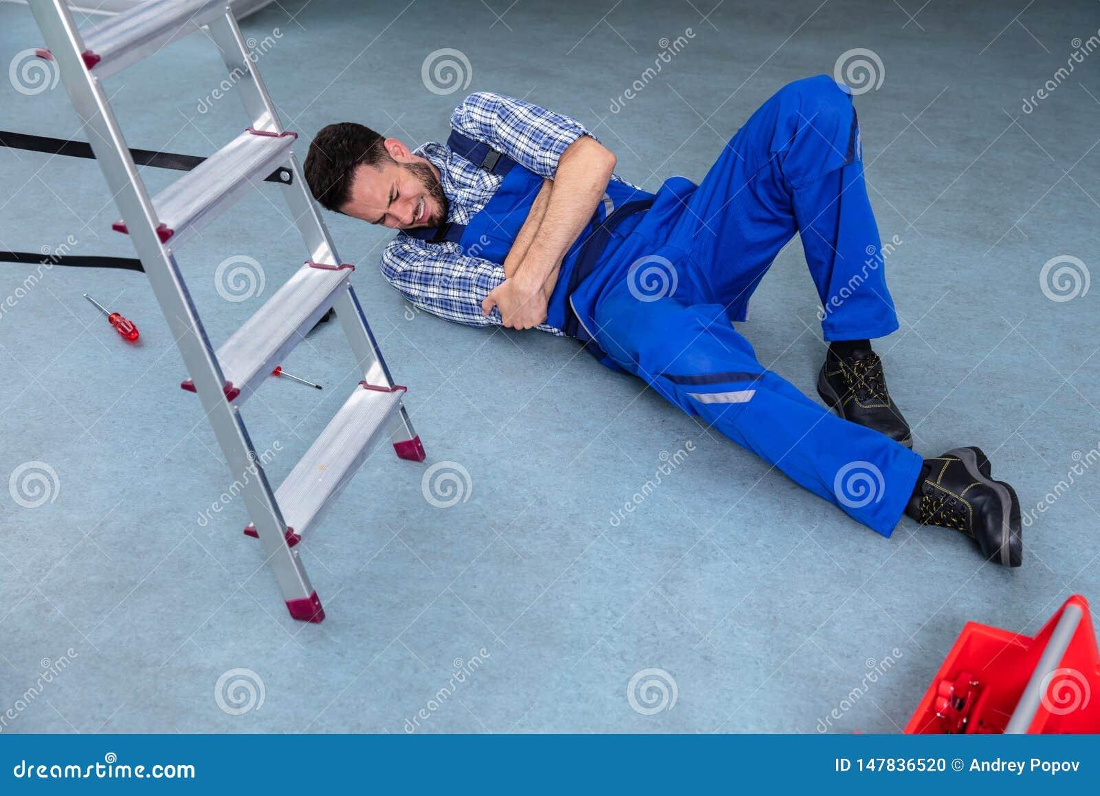 Manitas herida Lying On Floor