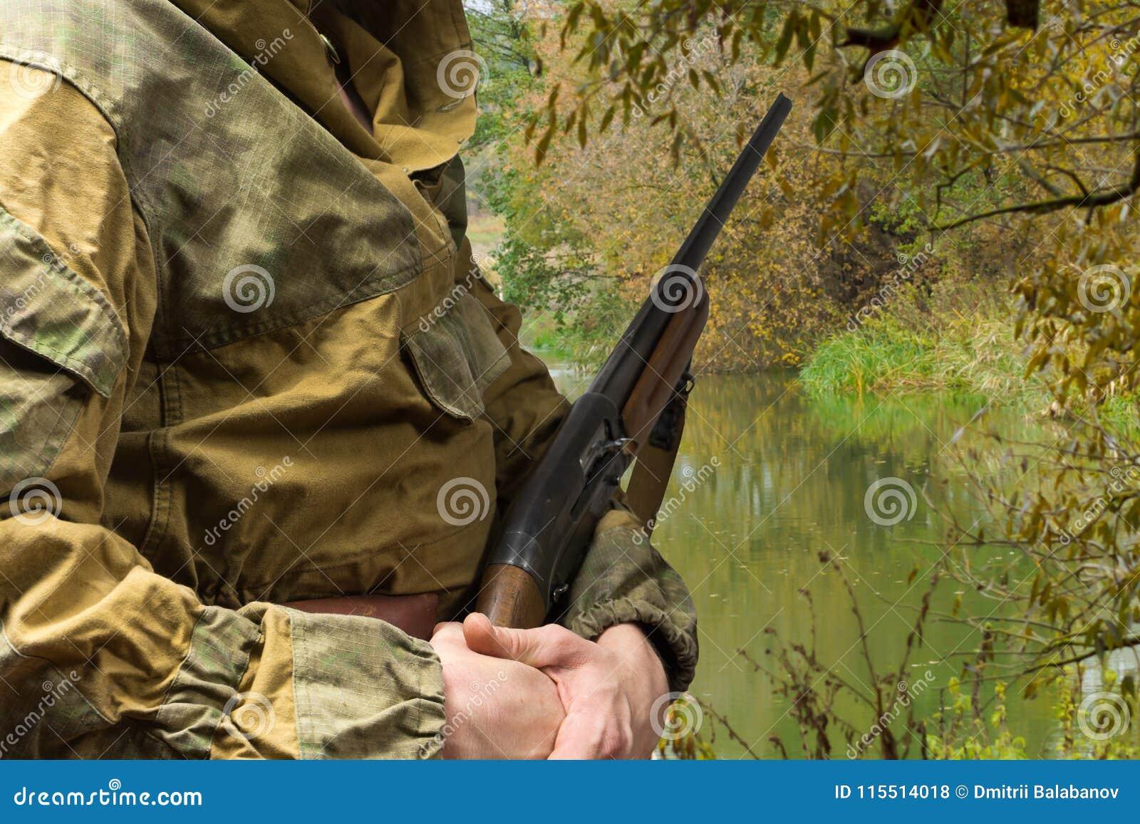Manjakt med ett jaktgevär kopiera avstånd