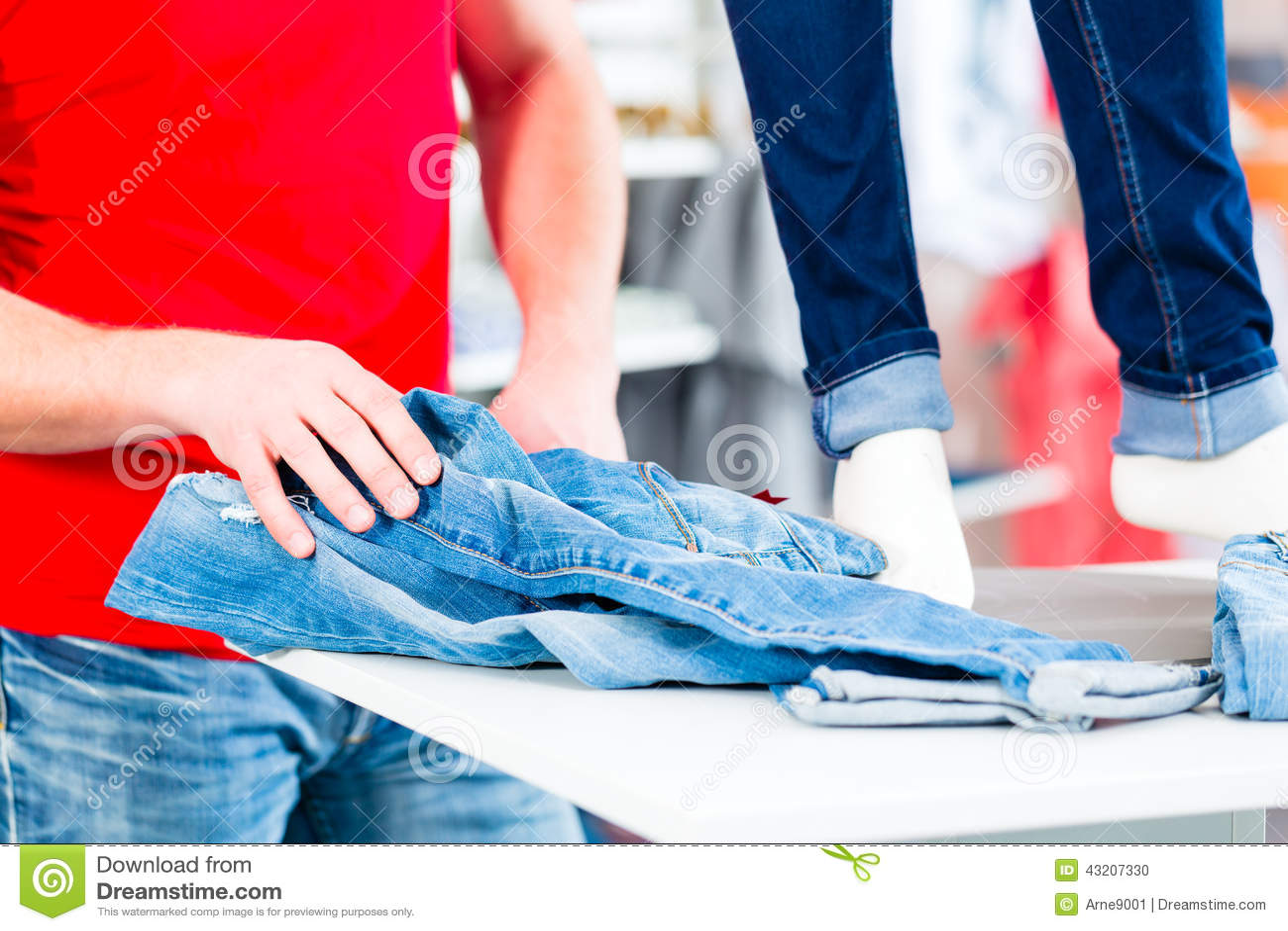 Download Manköpandejeans arkivfoto. Bild av shopping, fest, buying - 43207330