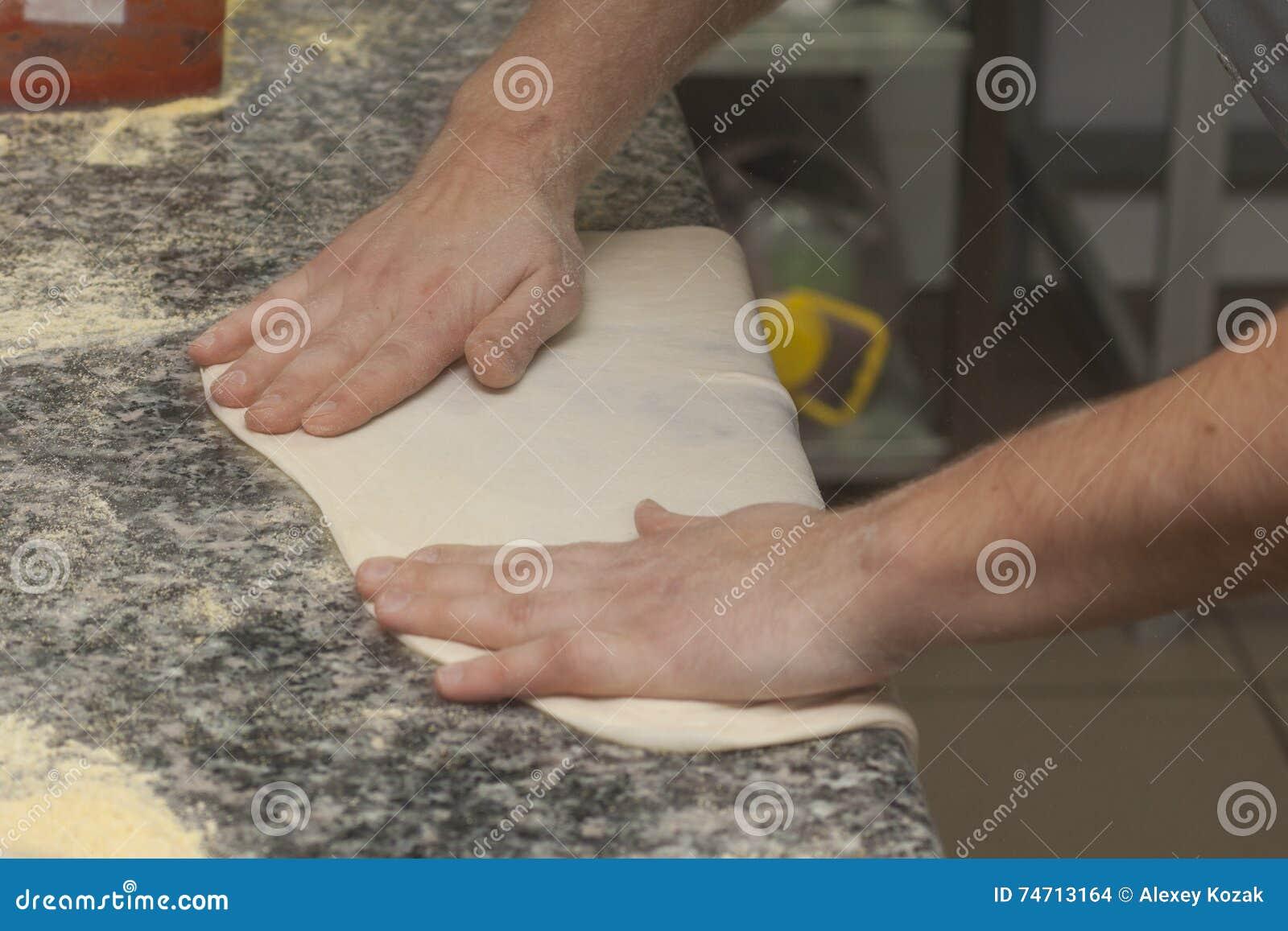 Mankock med rå pizza