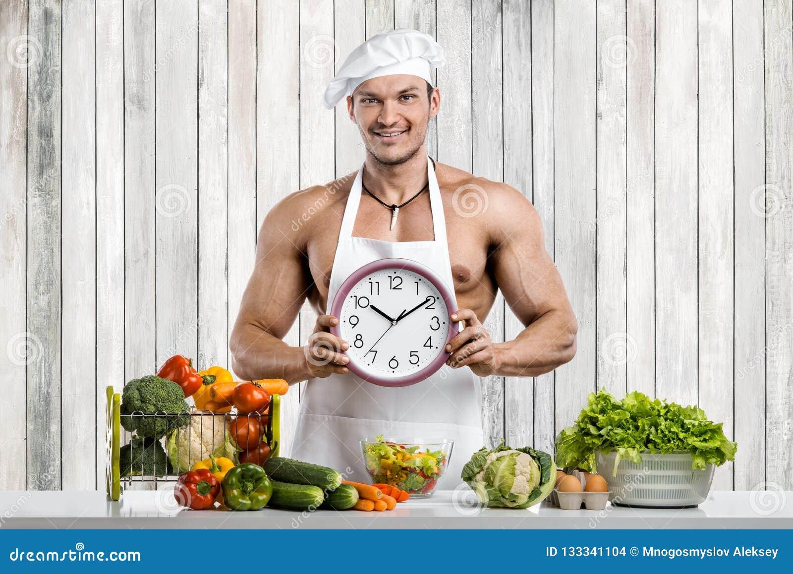 Mankroppsbyggare som lagar mat på kök