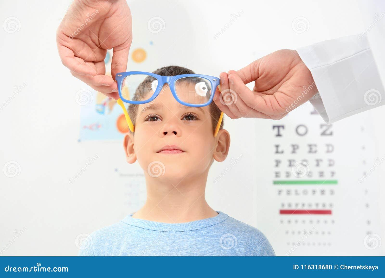 Manlig ögonläkare som sätter exponeringsglas på pys