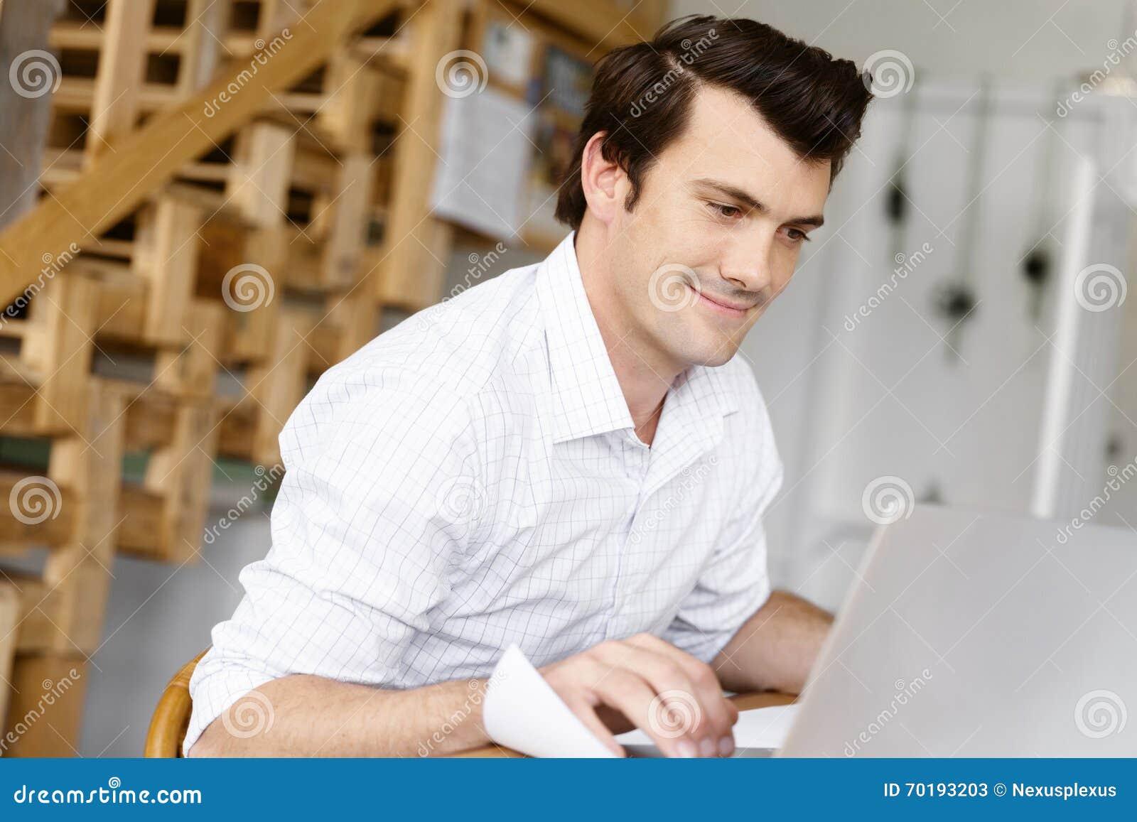 Manlig arkitekt i regeringsställning