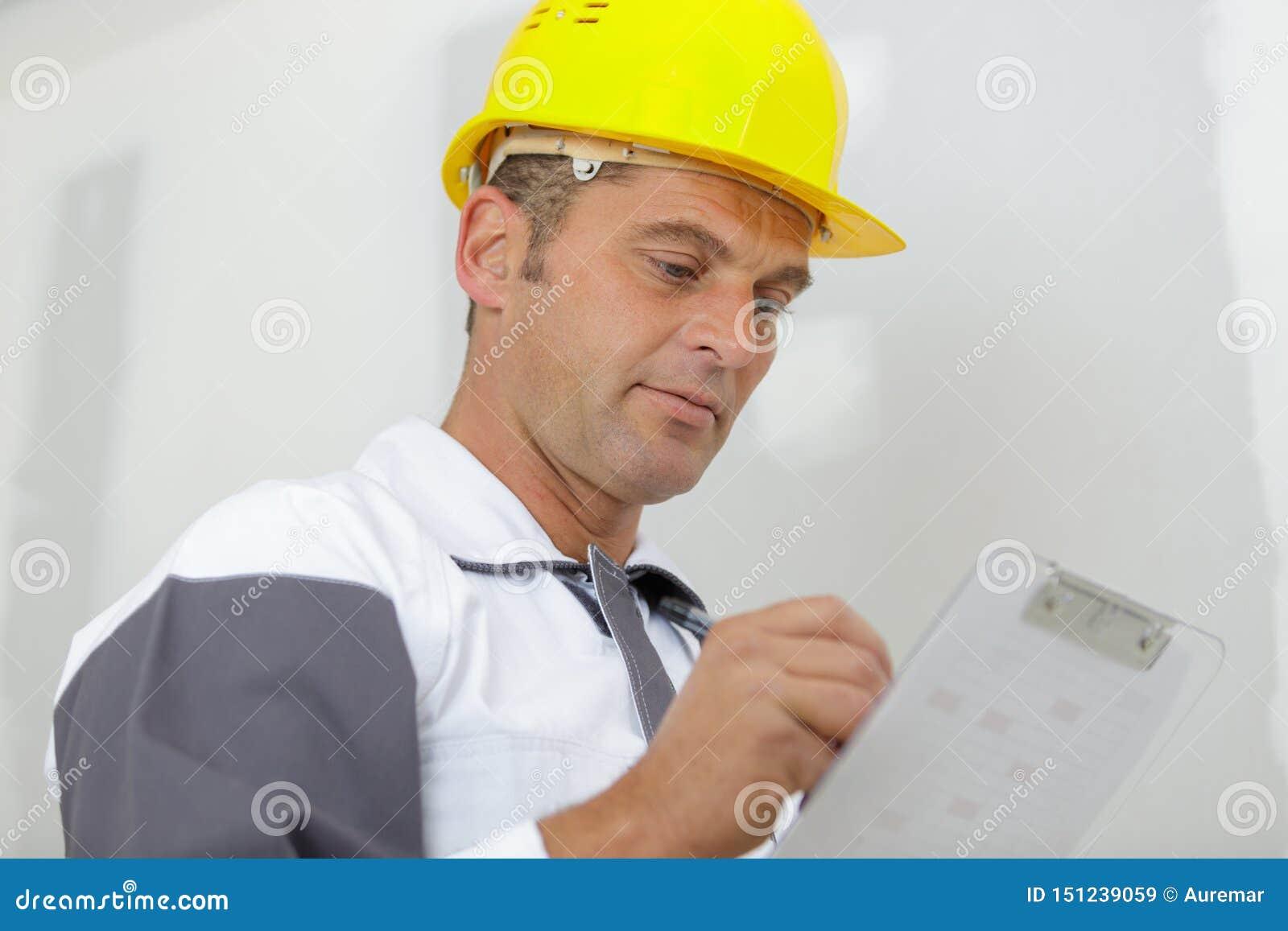 Manlig byggmästarehandstil på skrivplattan