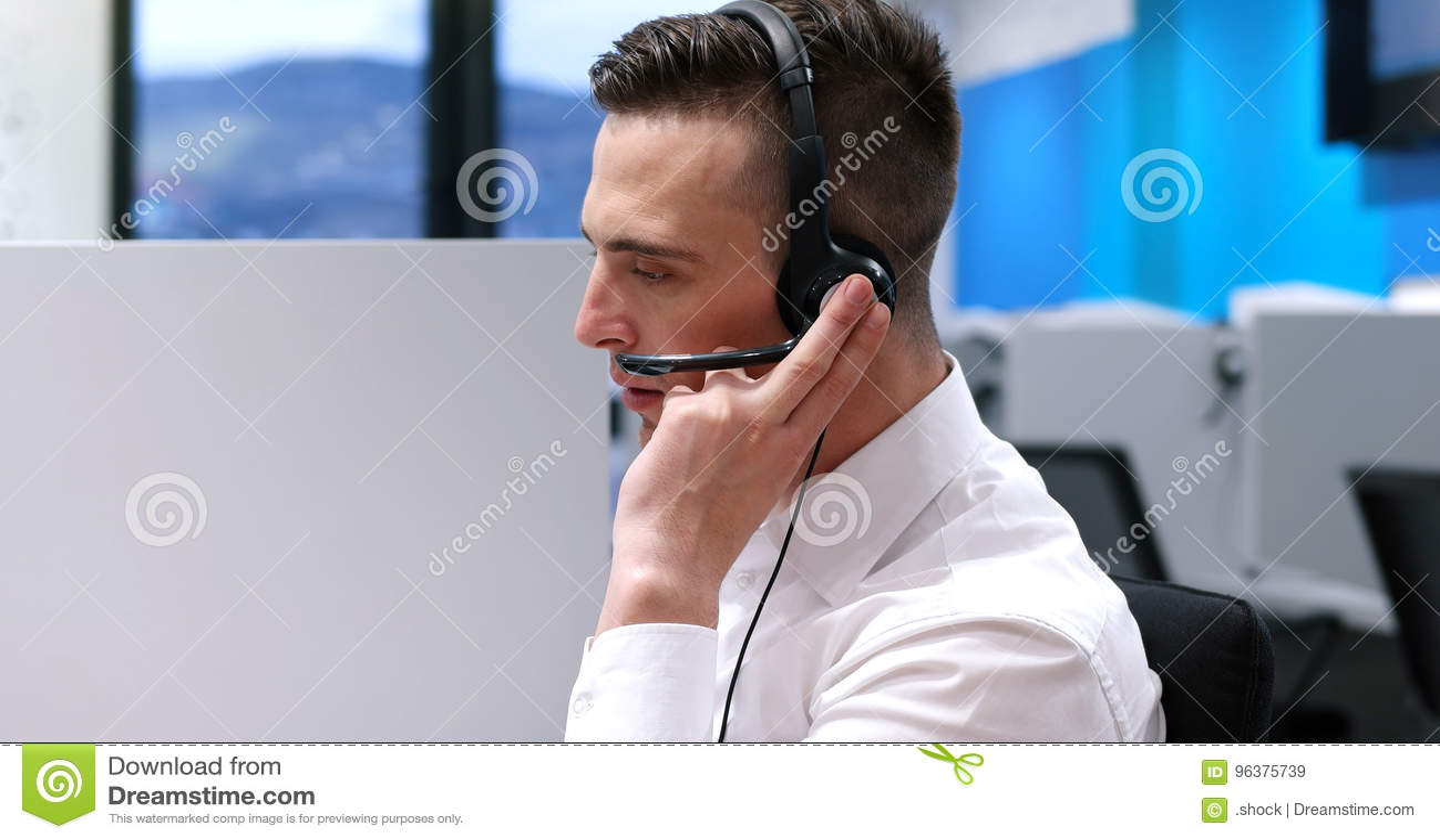 Manlig call centeroperatör som gör hans jobb