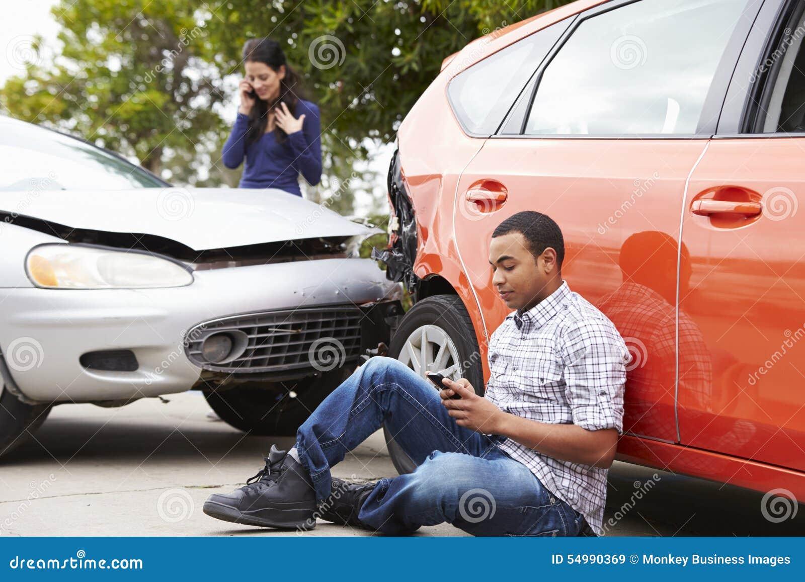 Manlig chaufför Making Phone Call efter trafikolycka