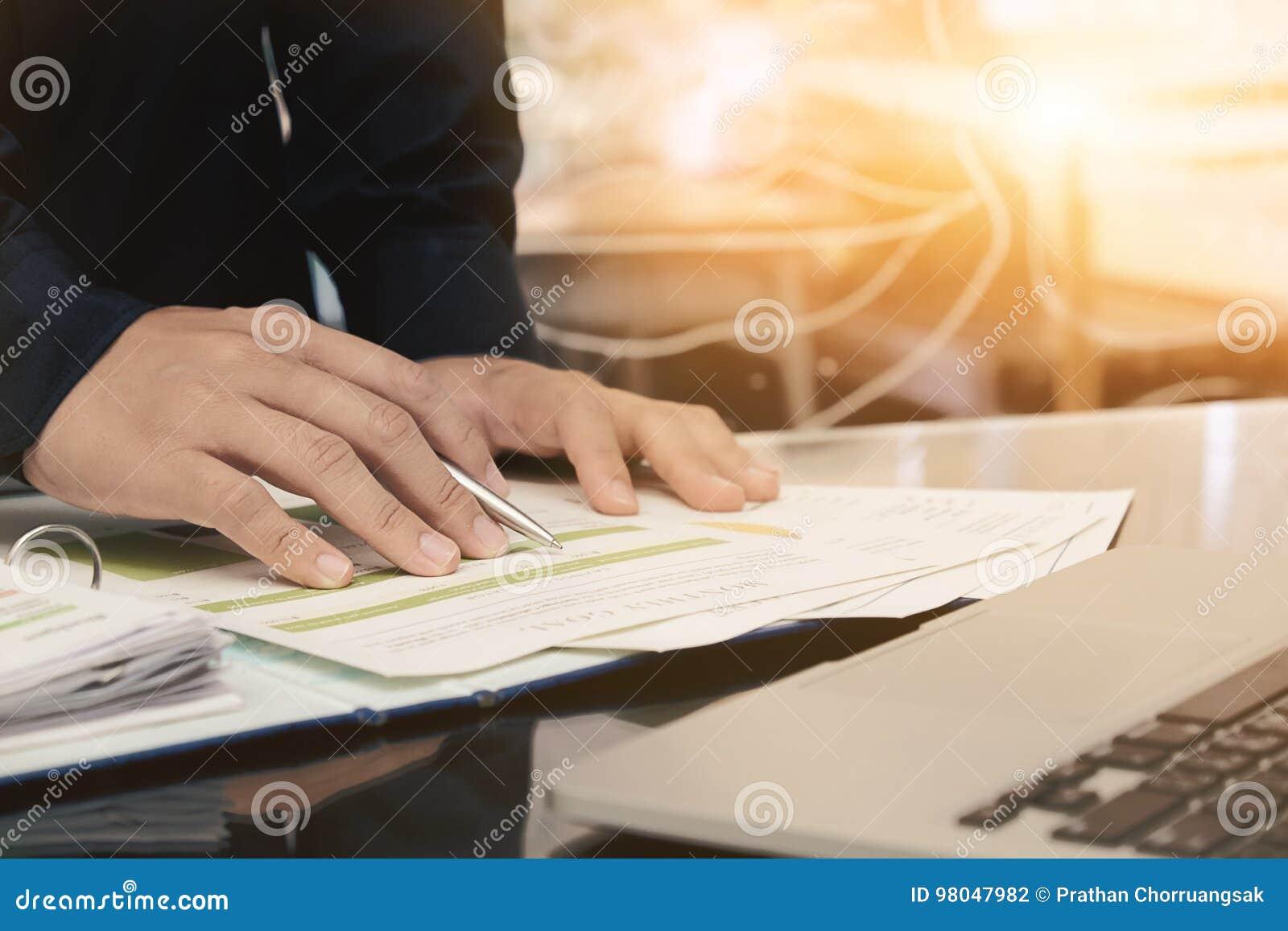 Manlig chef som sätter hans idéer och skriver affärsplan