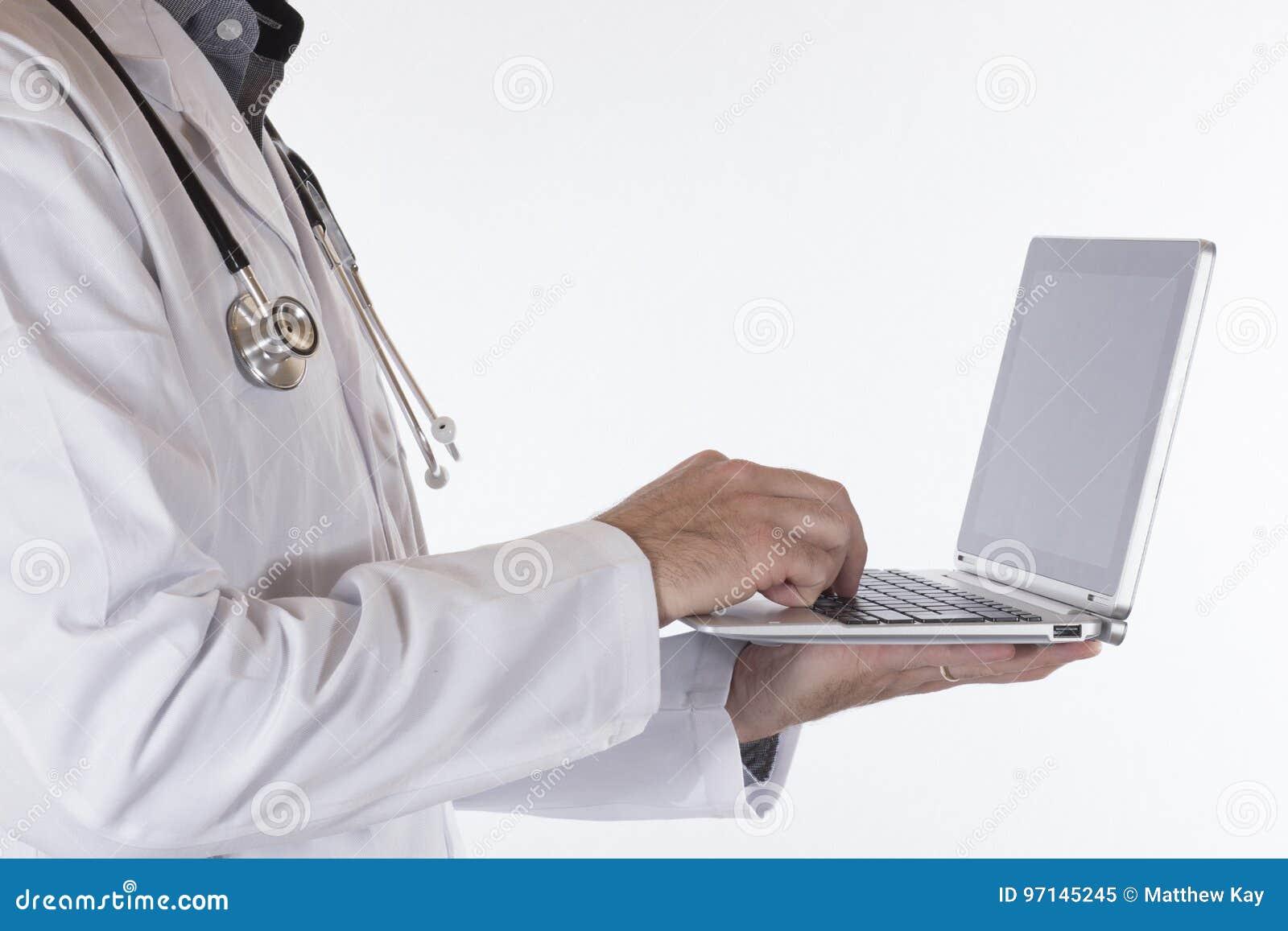 Manlig doktor som använder en handheld bärbar dator