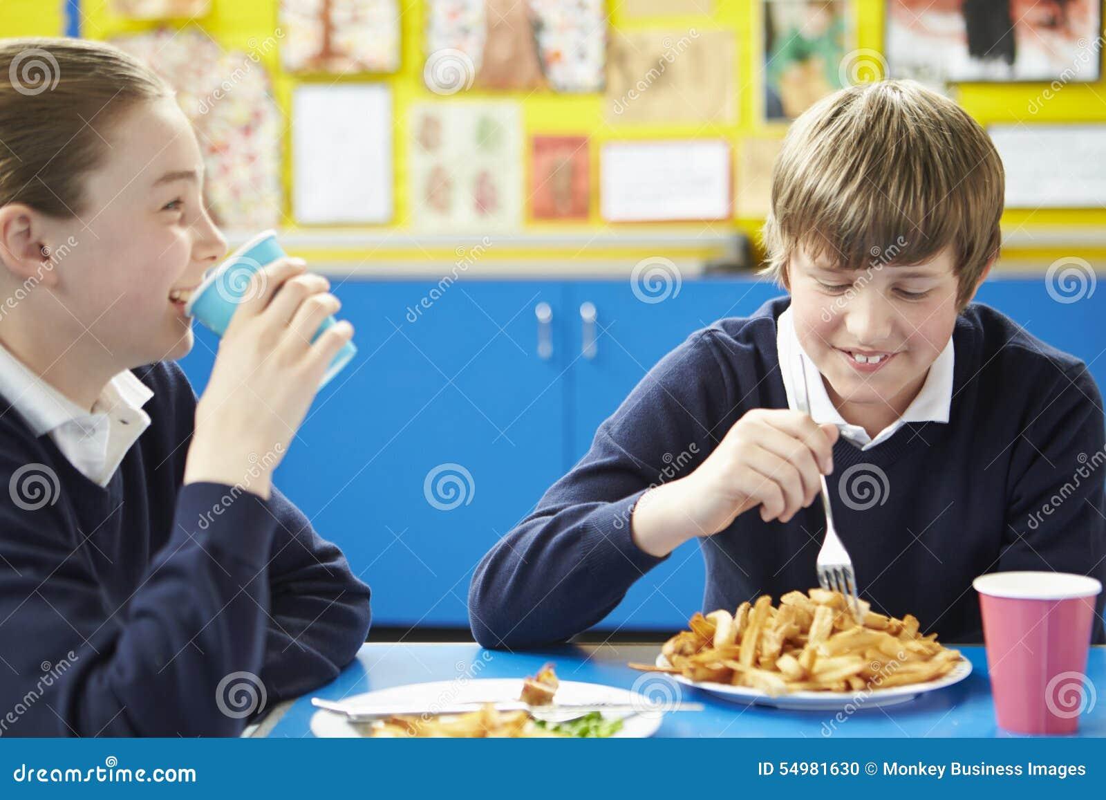 Manlig elev som äter sjuklig skolalunch
