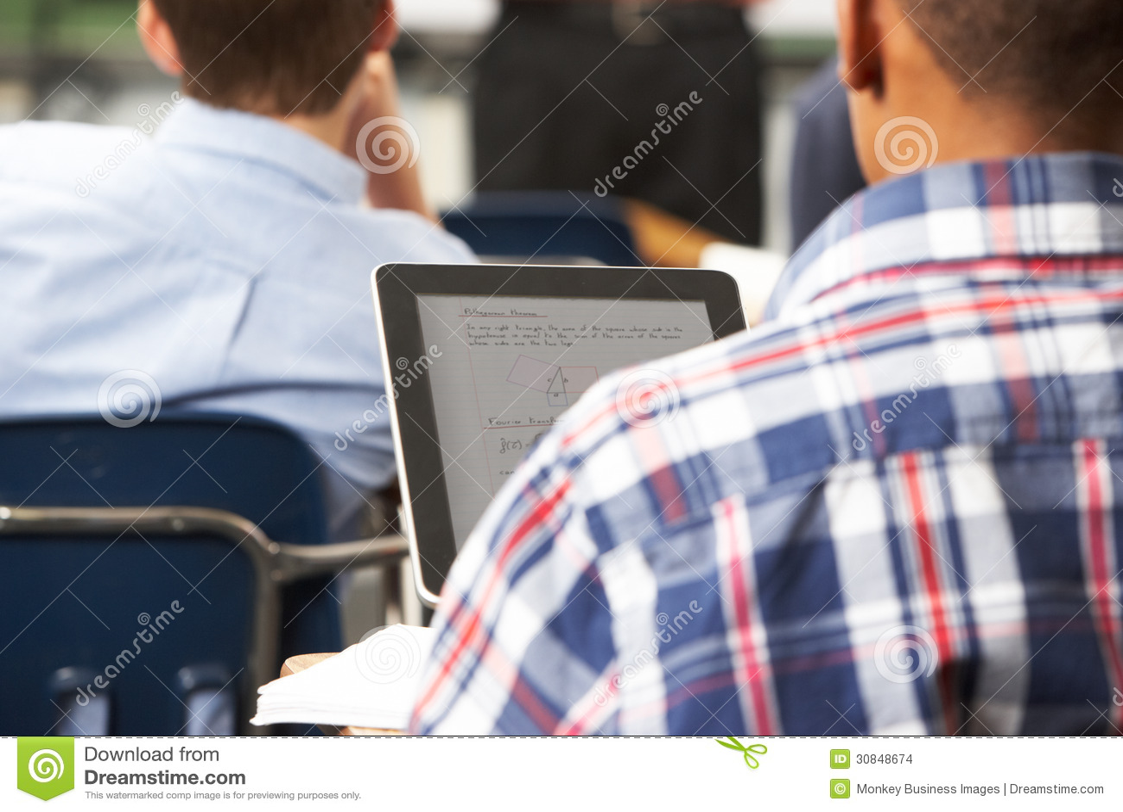 Manlig elev som använder den Digital minnestavlan i klassrum