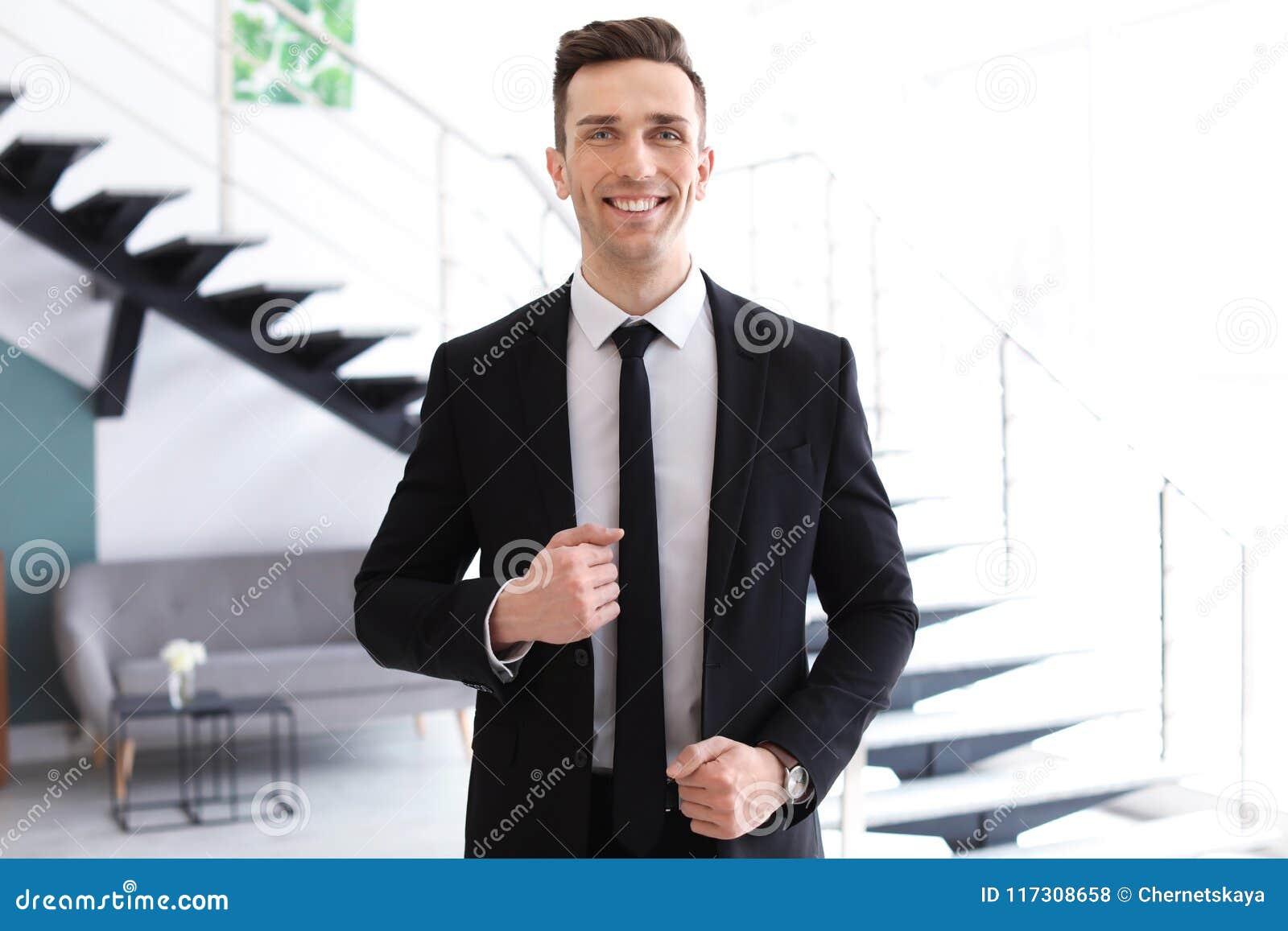 Manlig fastighetsmäklare