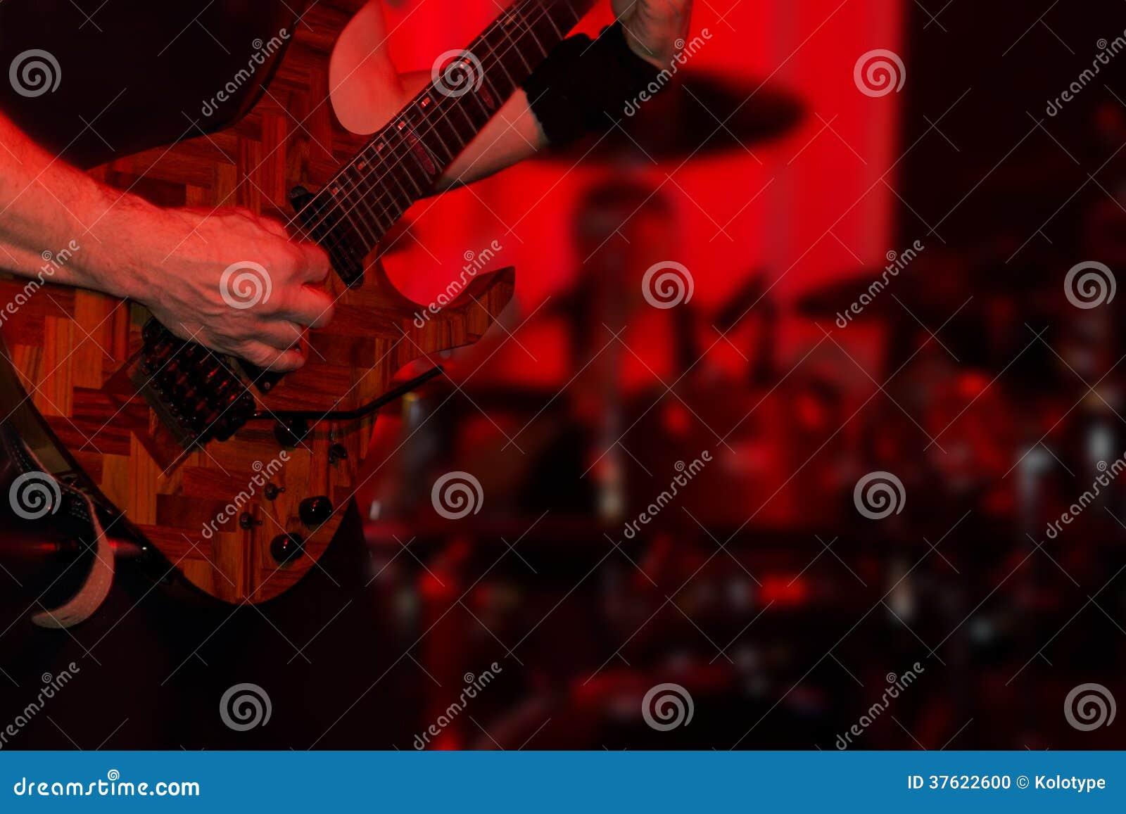 Manlig gitarrist i en rockband