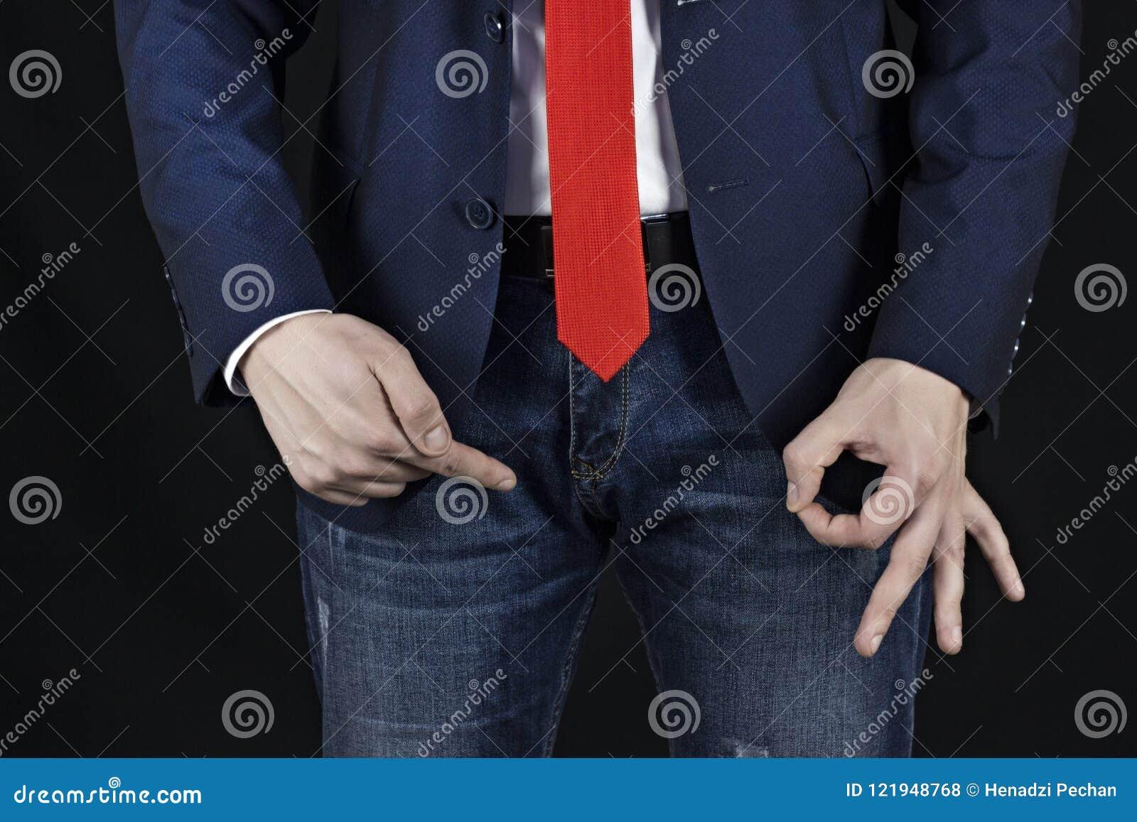 Manlig grupp för affärsmanvisninggest på inguinal område, uppförande och Viagra, svart bakgrund, viagra,