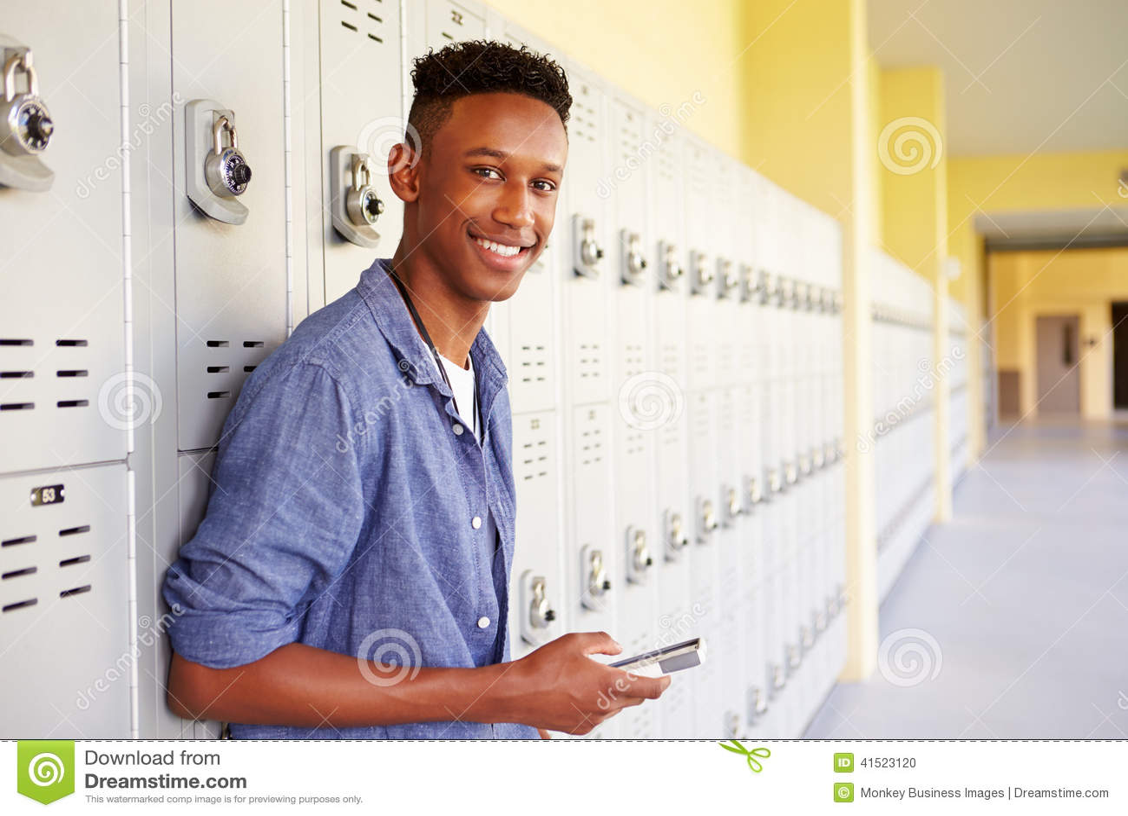 Manlig högstadiumstudentBy Lockers Using mobiltelefon