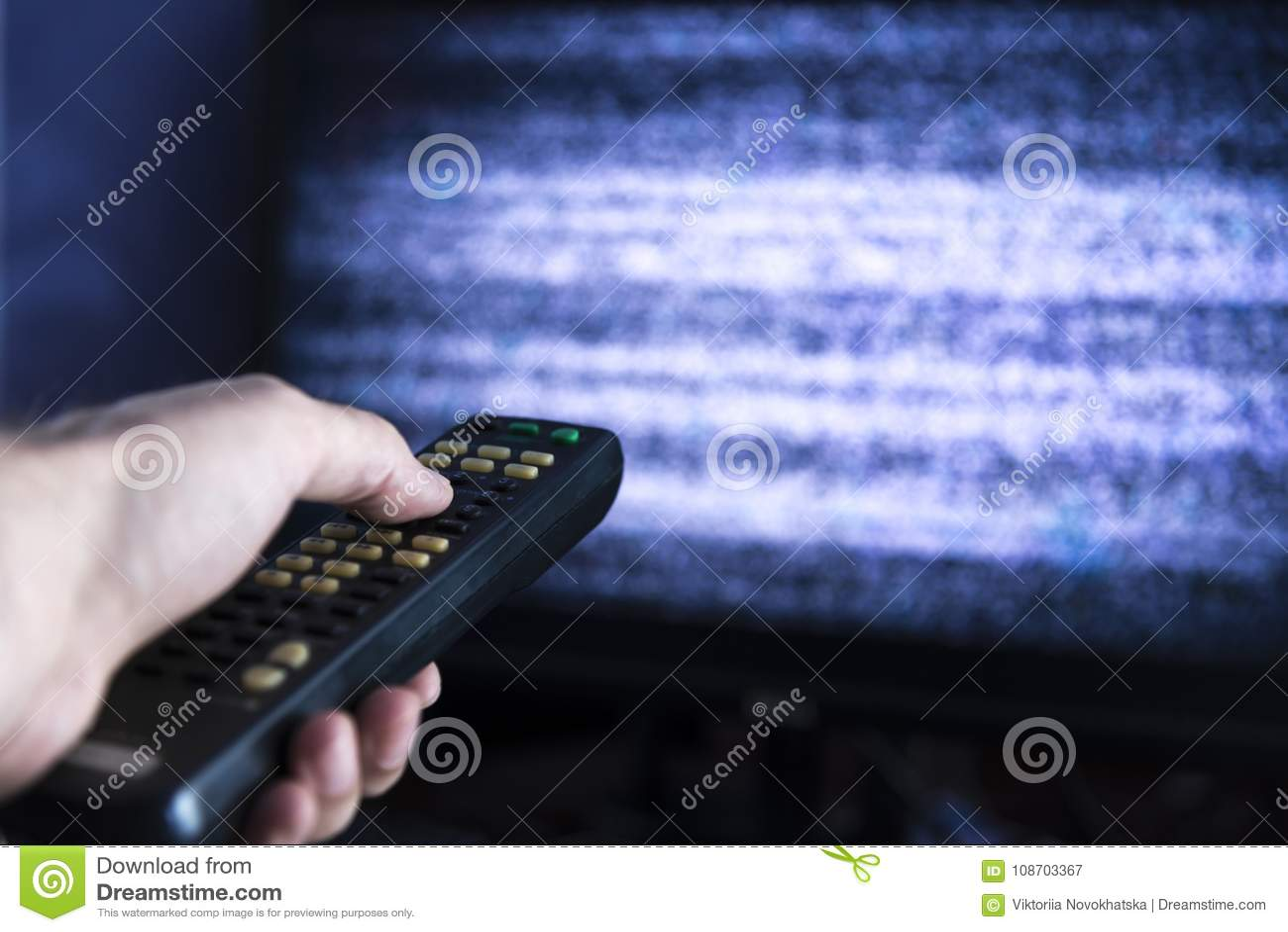 Manlig hand med fjärrkontroll från TV:N