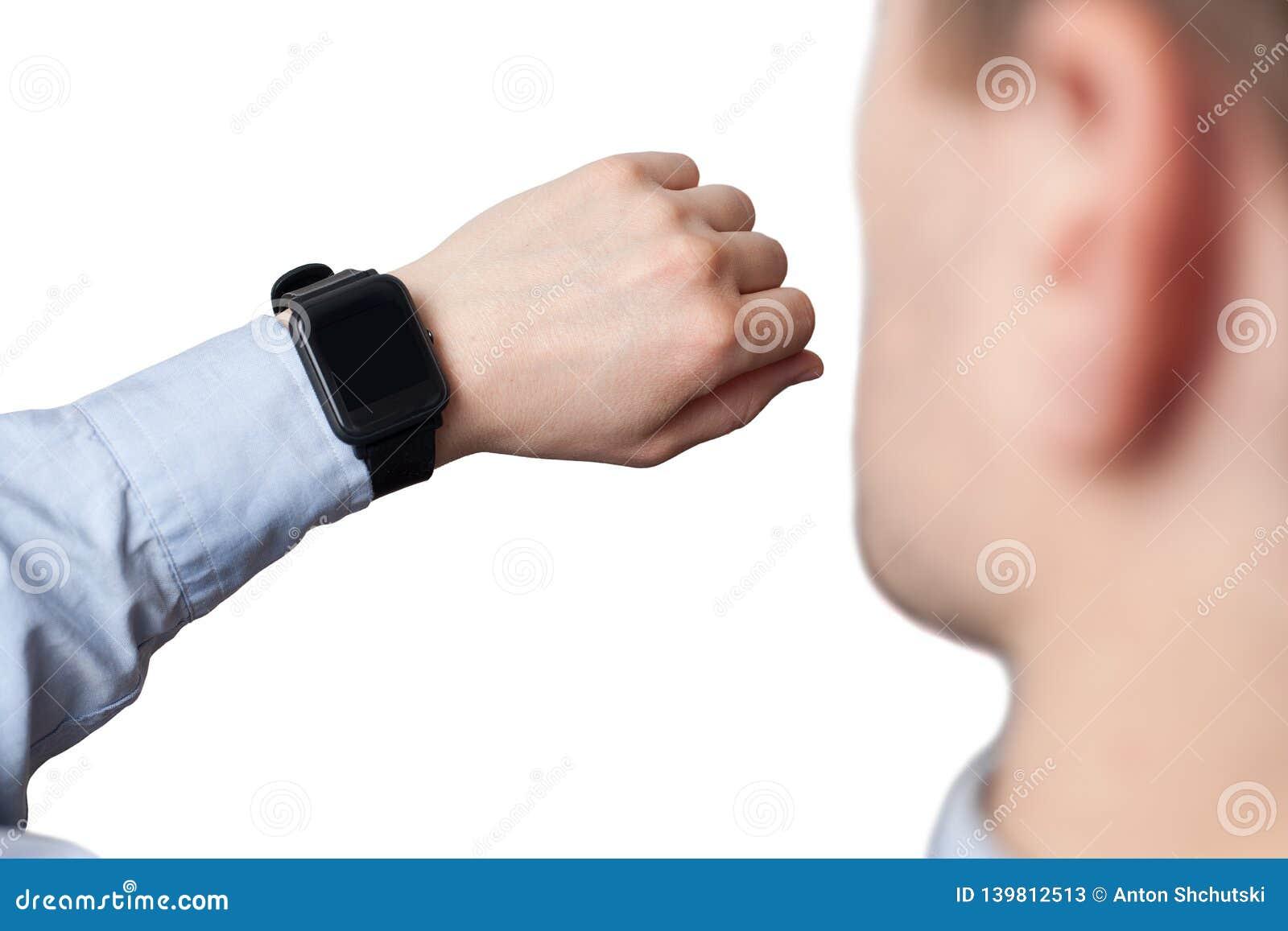 Manlig hand som bär den smarta klockan med den tomma skärmen på vit bakgrund