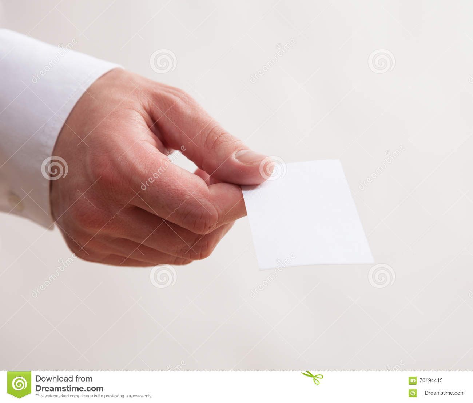 Manlig hand som ger ett tomt affärskort
