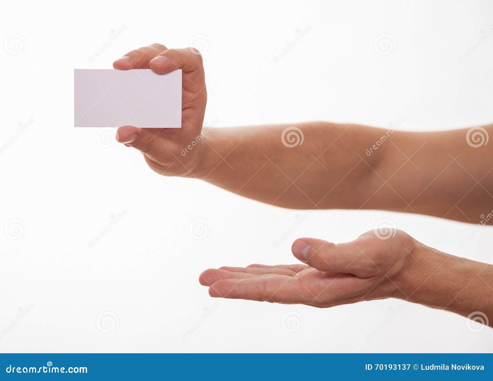Manlig hand som rymmer ett tomt affärskort