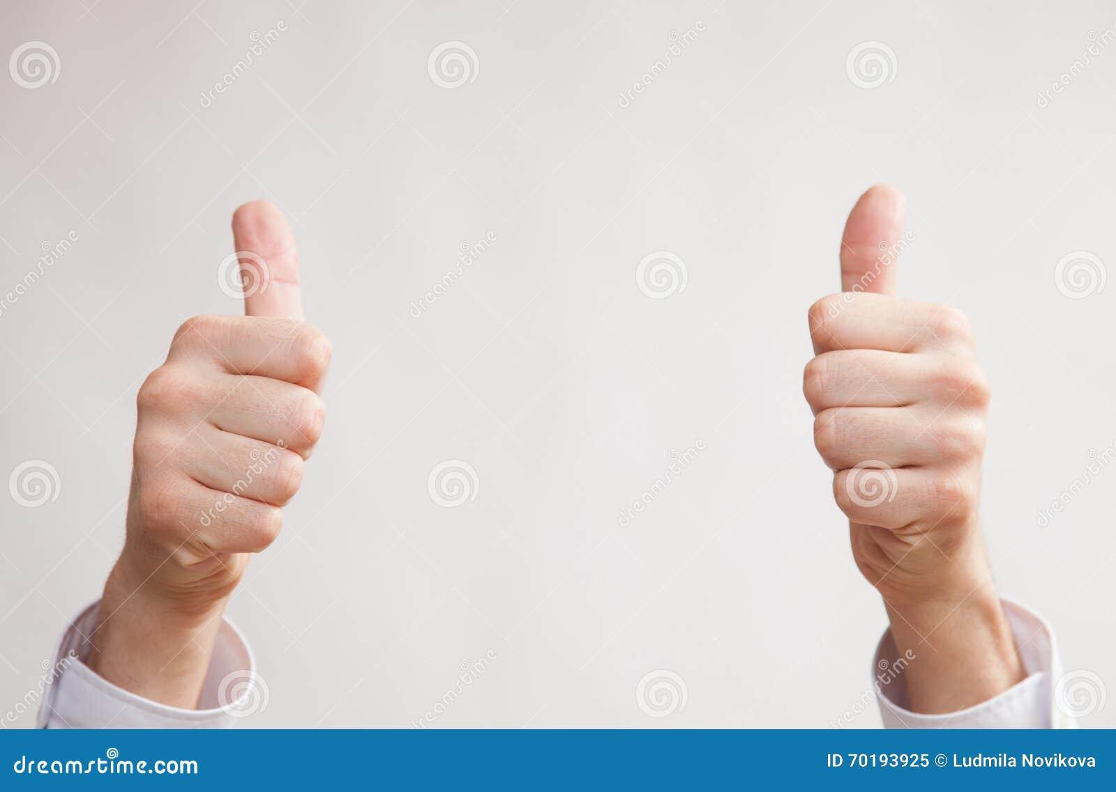 Manlig handuppvisning tummar up tecknet