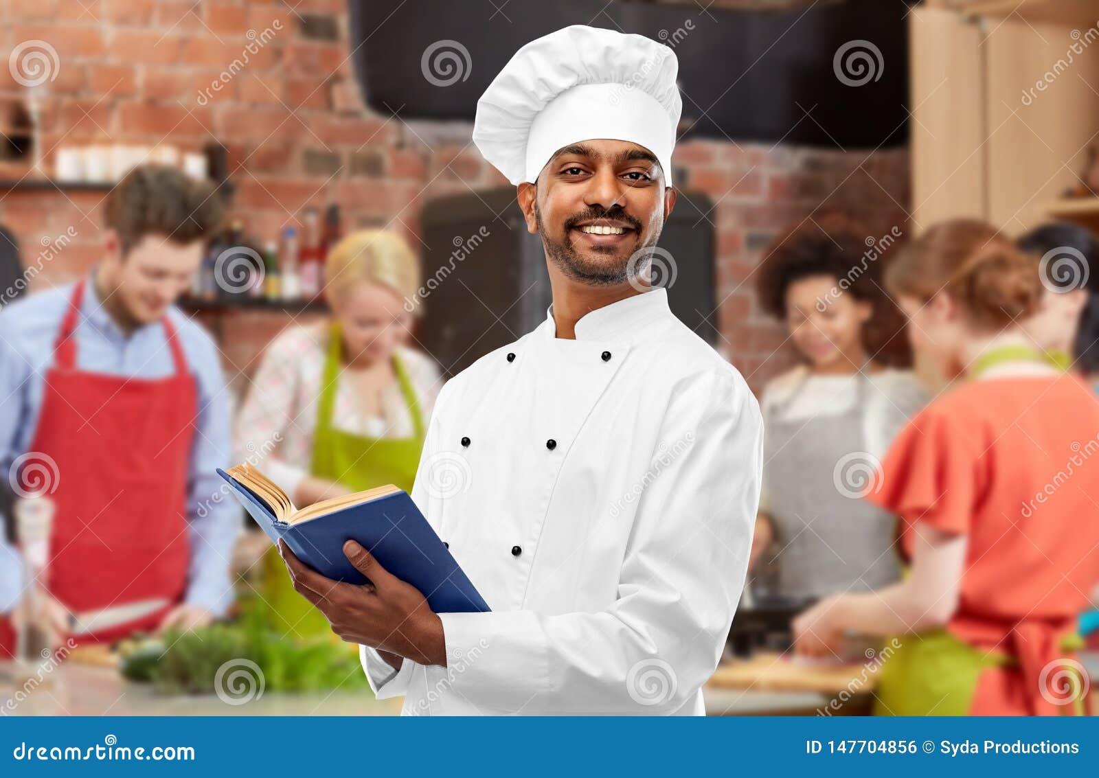 Manlig indisk kockl?sningkokbok p? matlagninggrupp