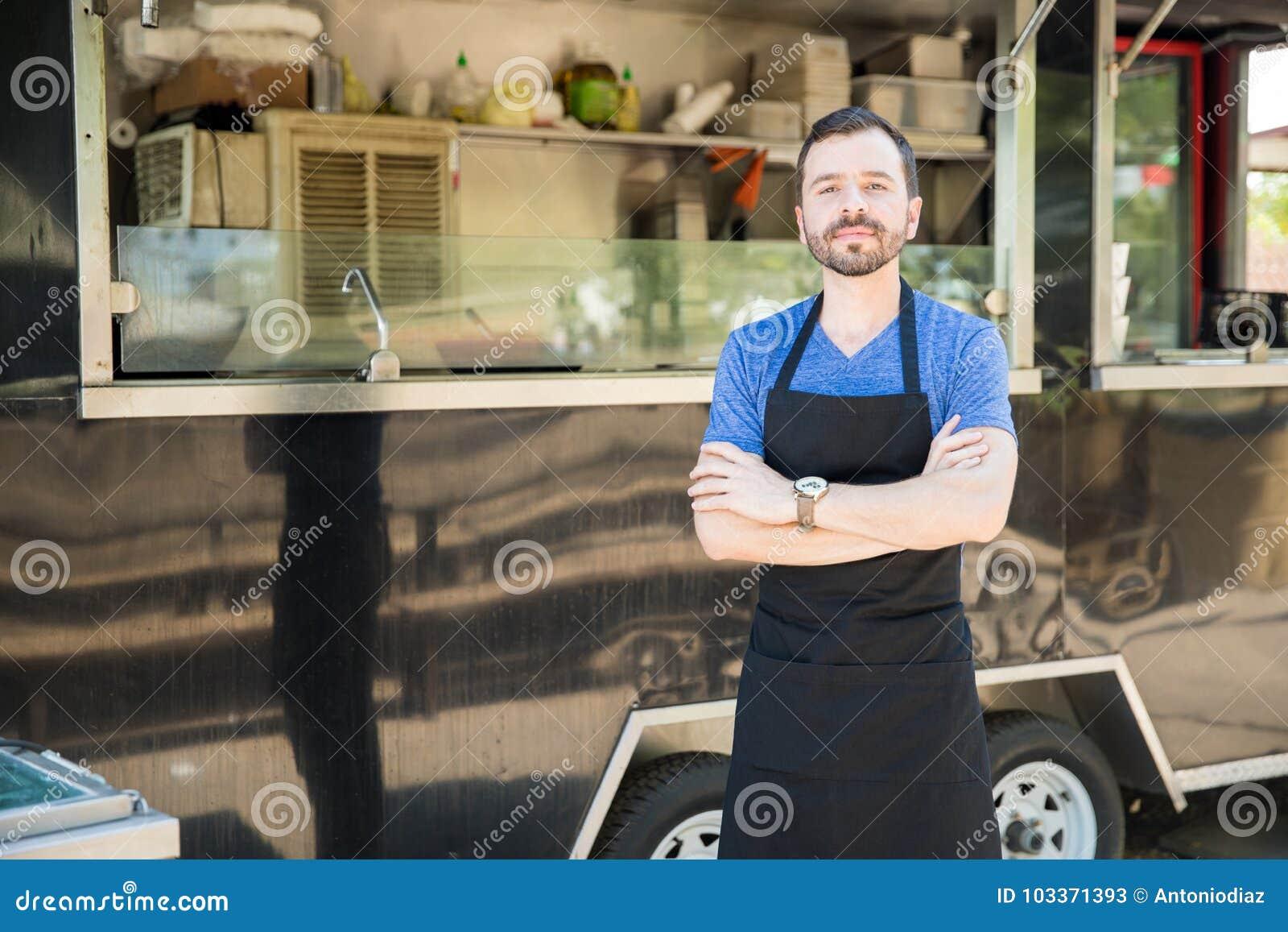 Manlig kock med en matlastbil