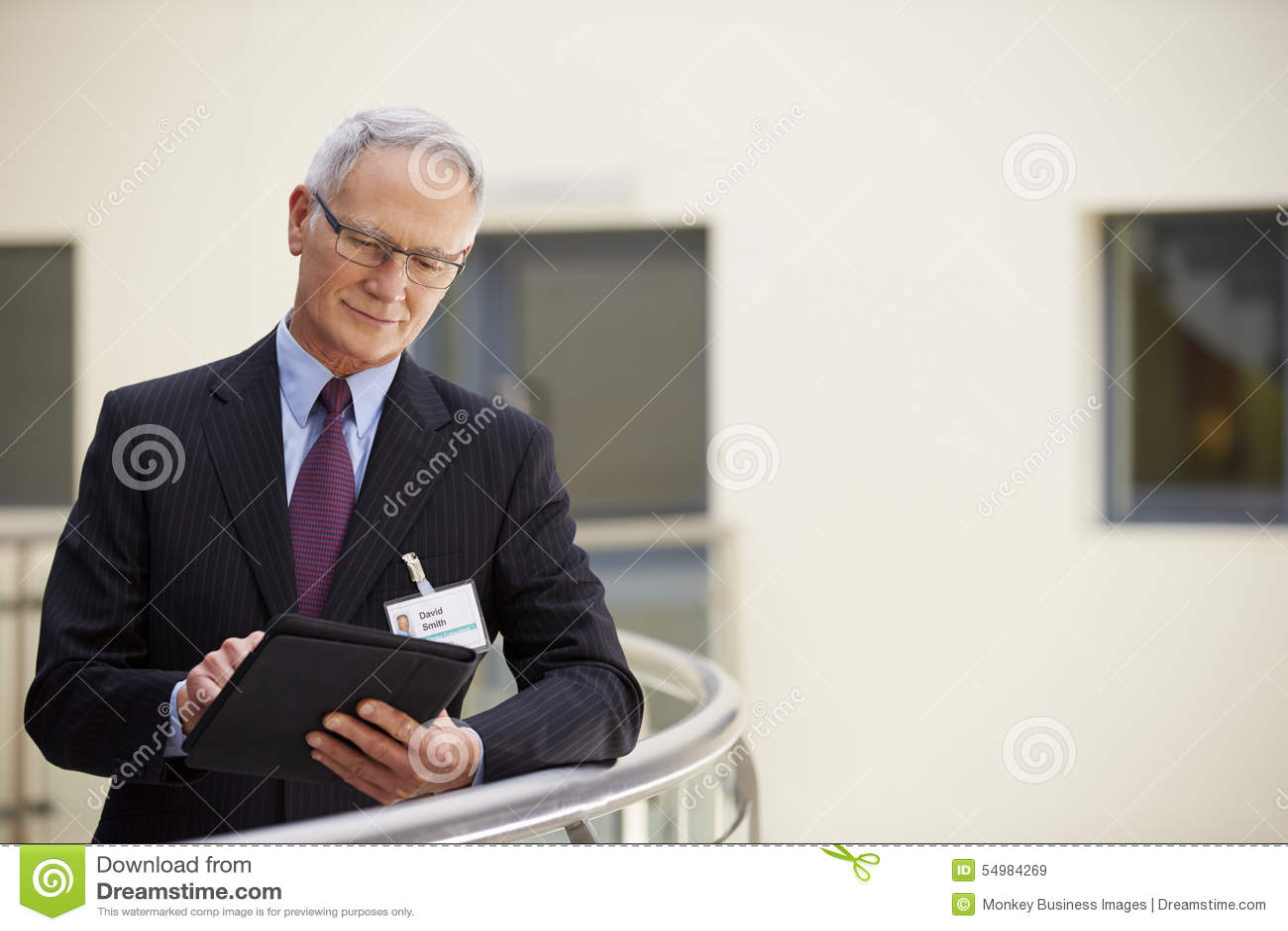 Manlig konsulent Using Digital Tablet i sjukhus