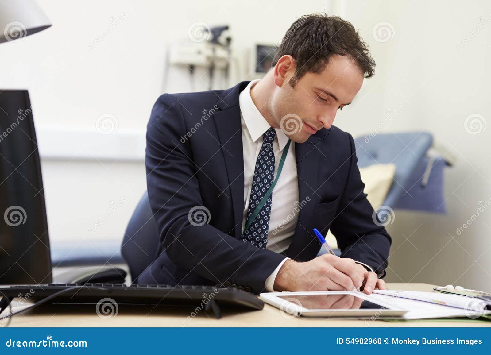 Manlig konsulent Working At Desk i regeringsställning