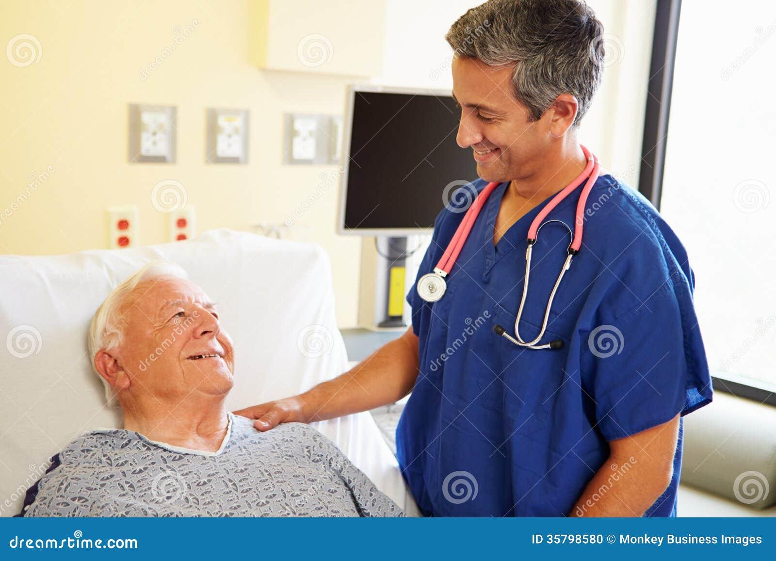 Manlig manpatient för doktor Talking With Senior